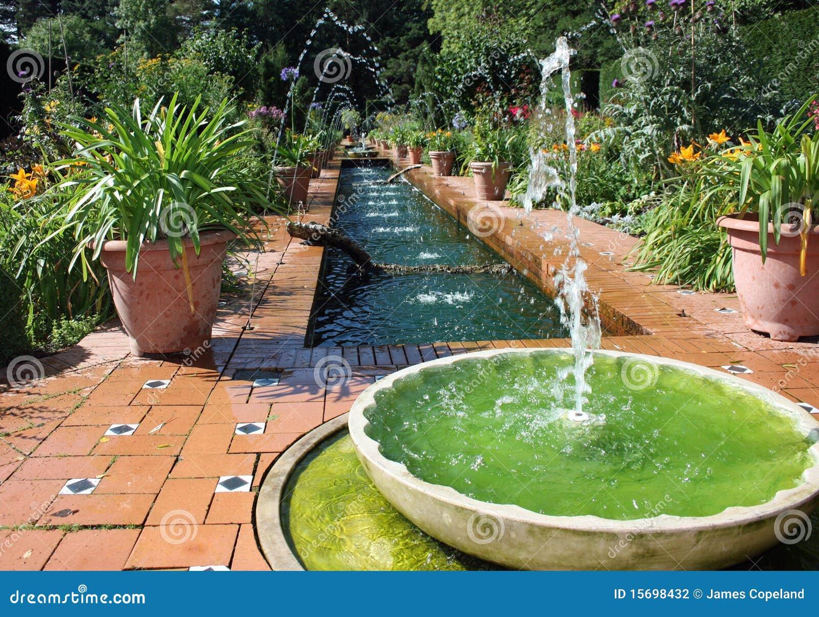 Jard n formal del estilo espa ol con la fuente de agua foto de archivo imagen de hermoso - Jardines con fuentes de agua ...