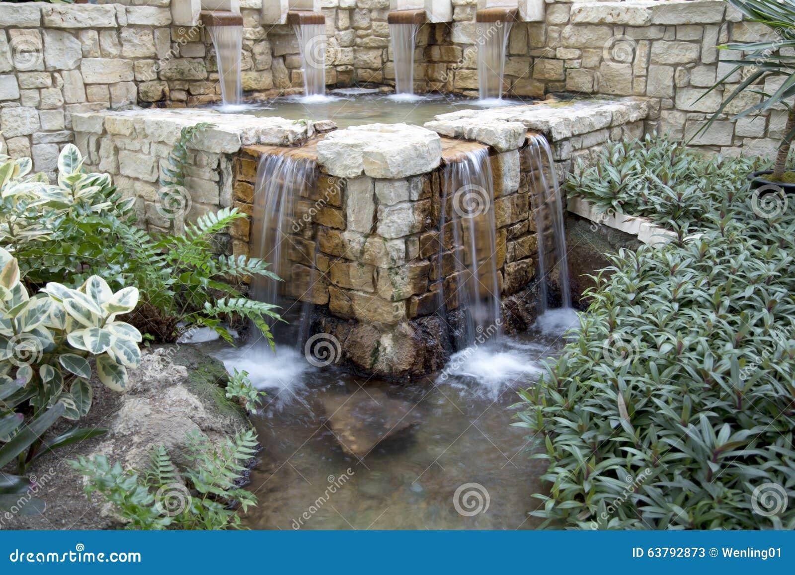 Jard n interior con dise o de la cascada foto de archivo - Diseno de cascadas para jardin ...