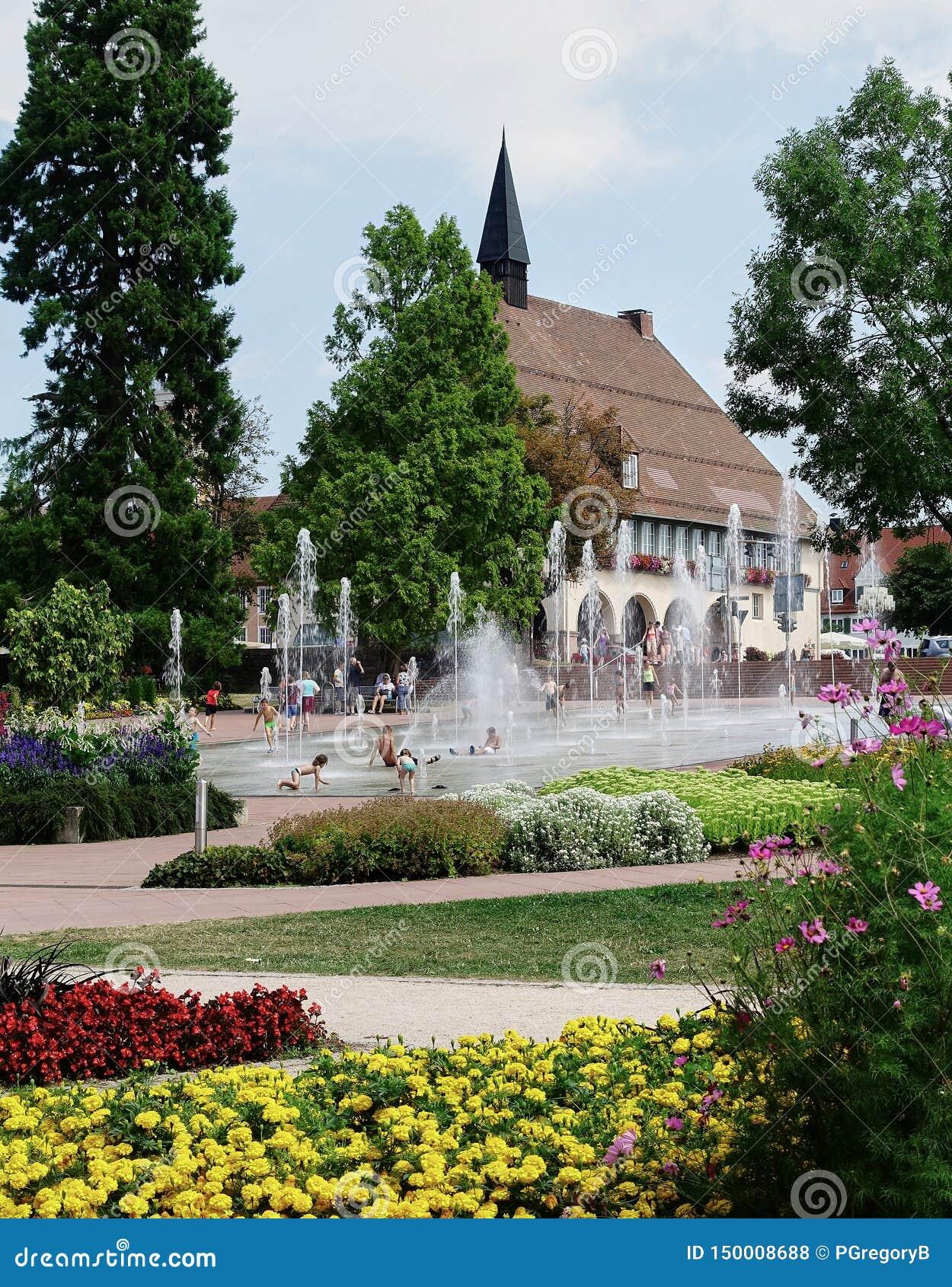 Jardín, piscina de enfriamiento y medieval ayuntamiento - Alemania - bosque negro