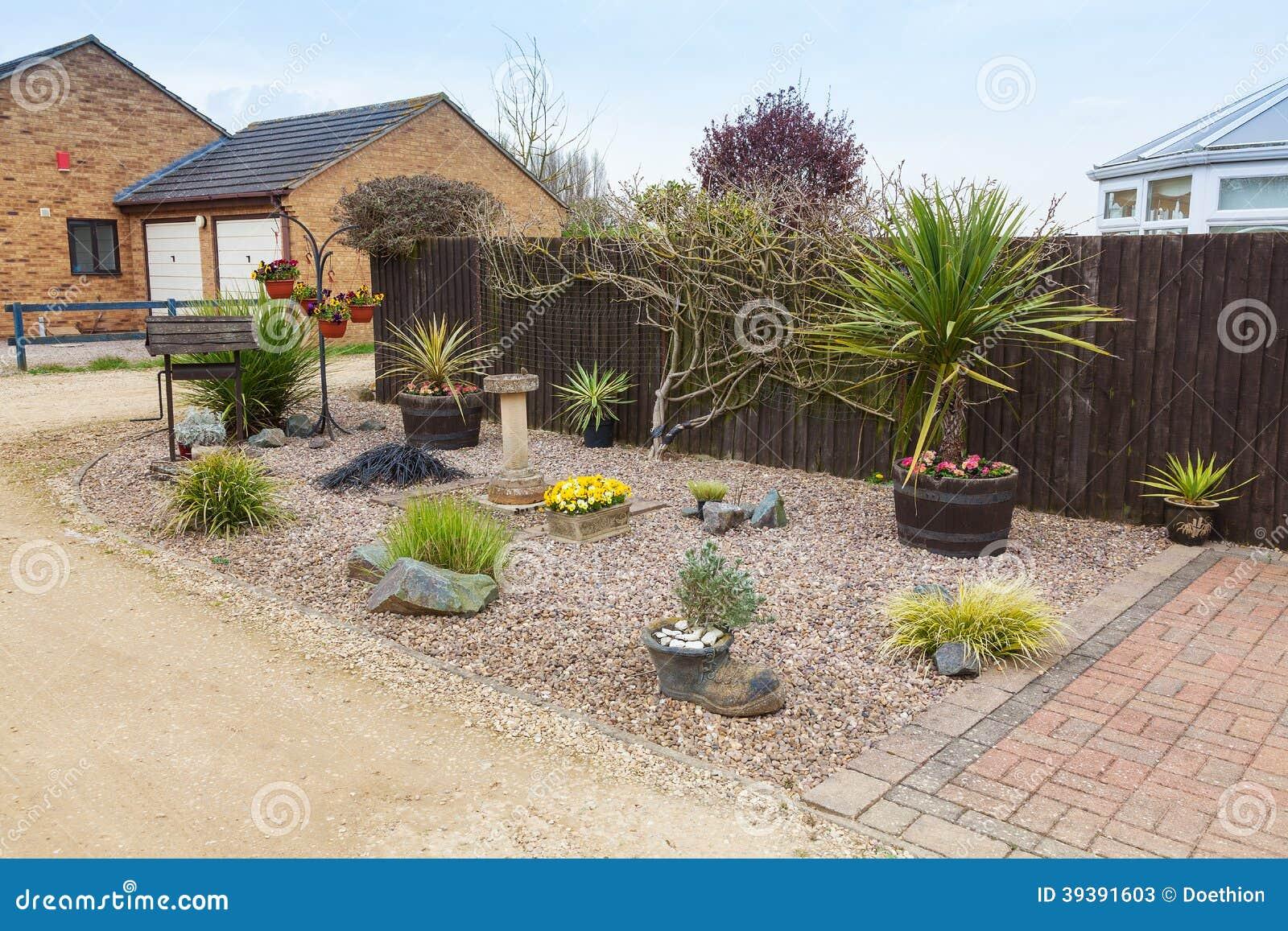 Jard n urbano del jard n de rocalla con las hierbas y los for Arbustos de jardin