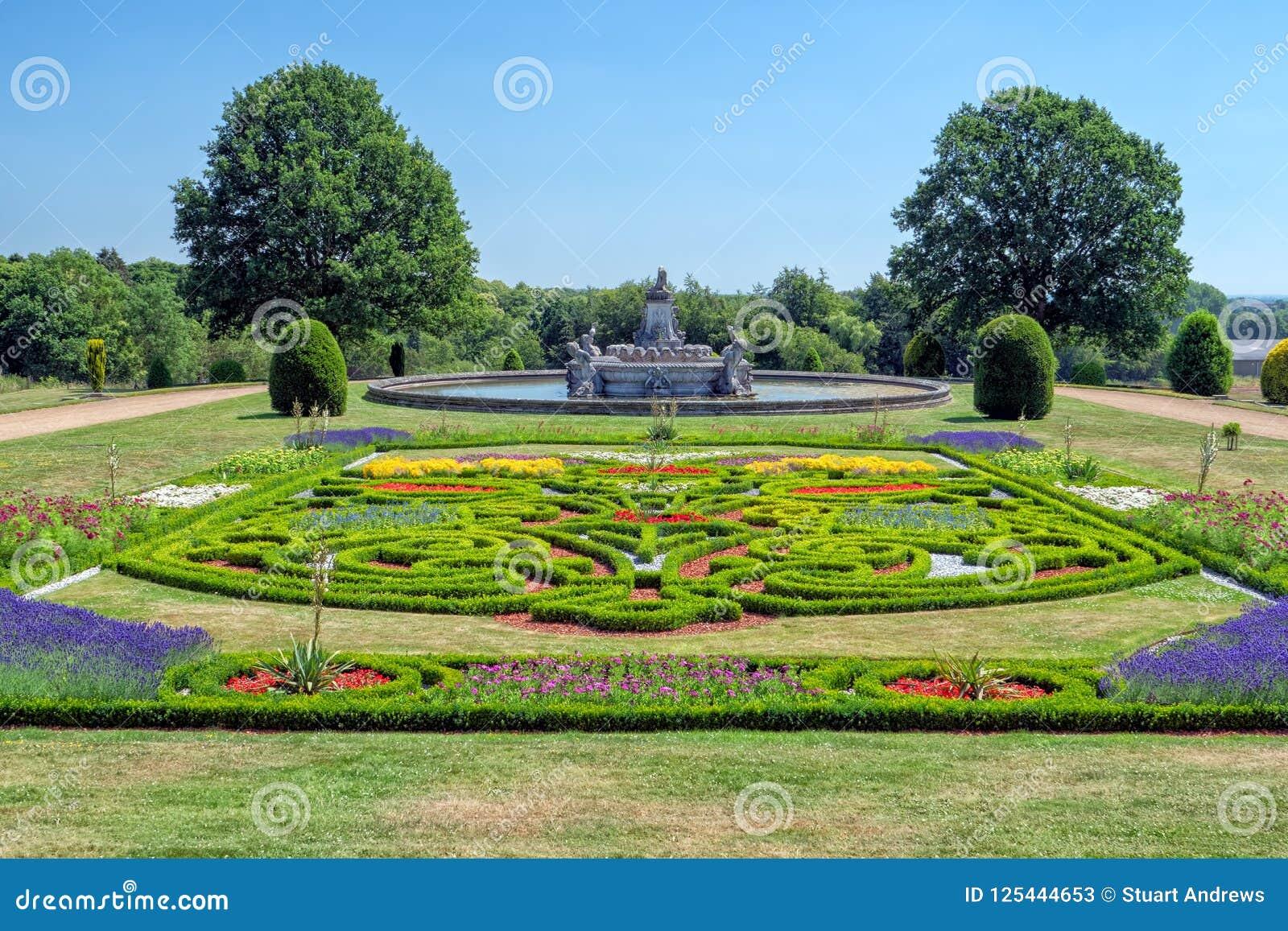Jardín y Flora Fountain en la corte de Witley, Worcestershire, Inglaterra