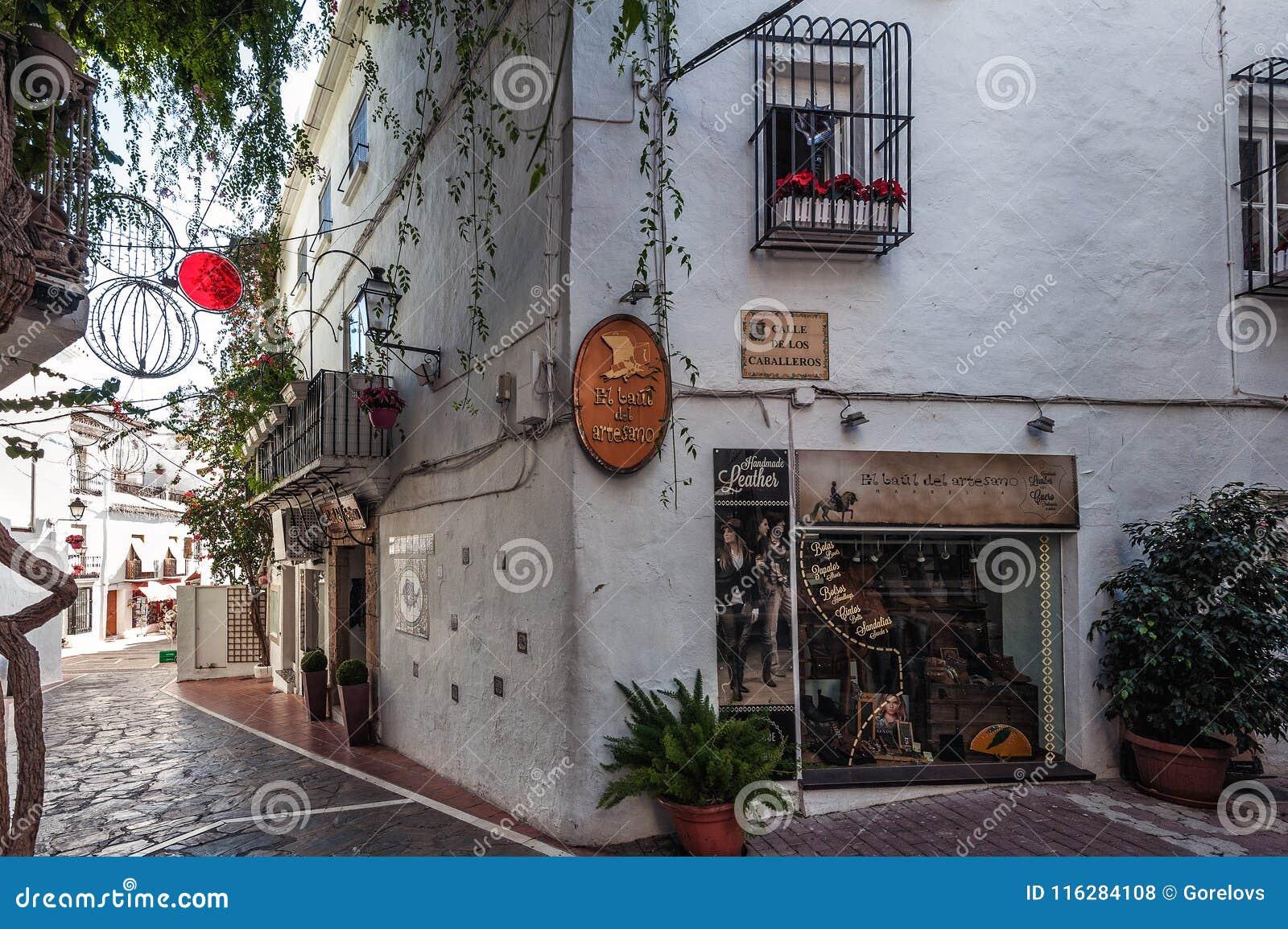 Jard z tradycyjną Andaluzyjską architekturą przy dziejową częścią miasteczko
