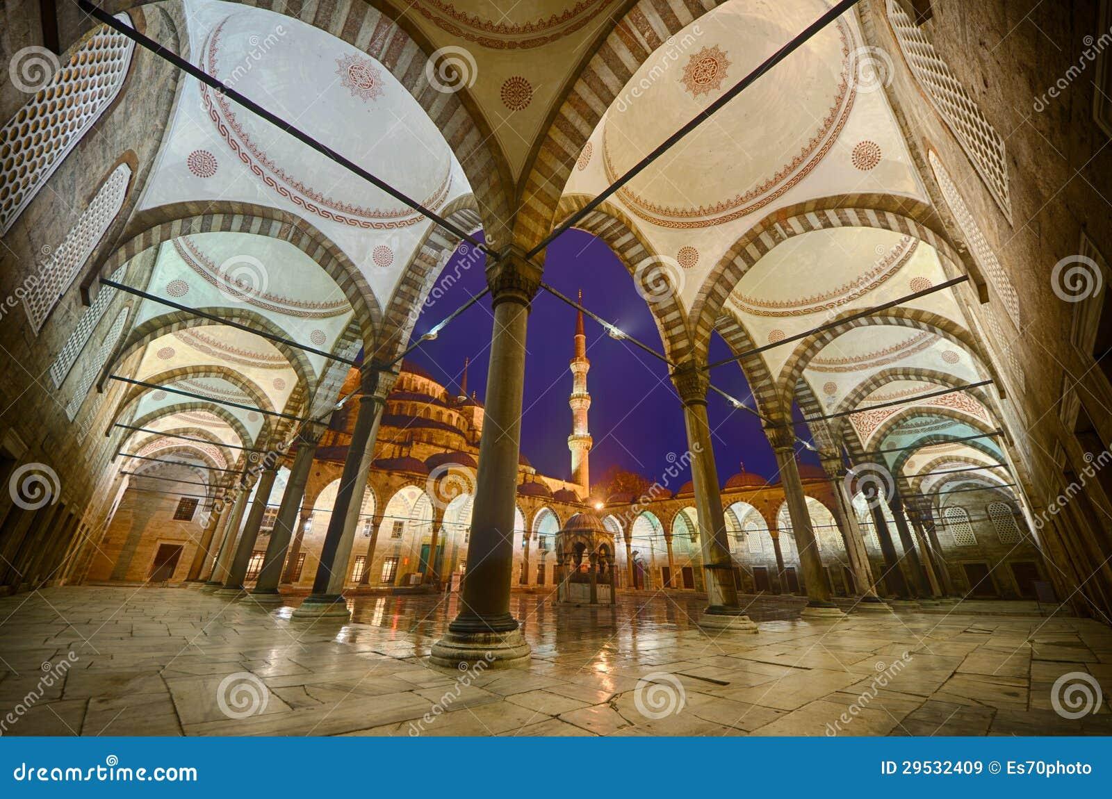 A jarda interna da mesquita azul