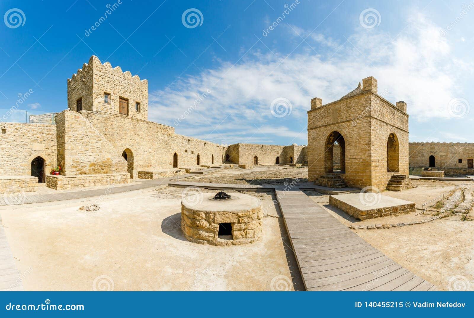 Jarda interna do templo de pedra antigo de Atashgah, lugar Zoroastrian da adoração de fogo, Baku