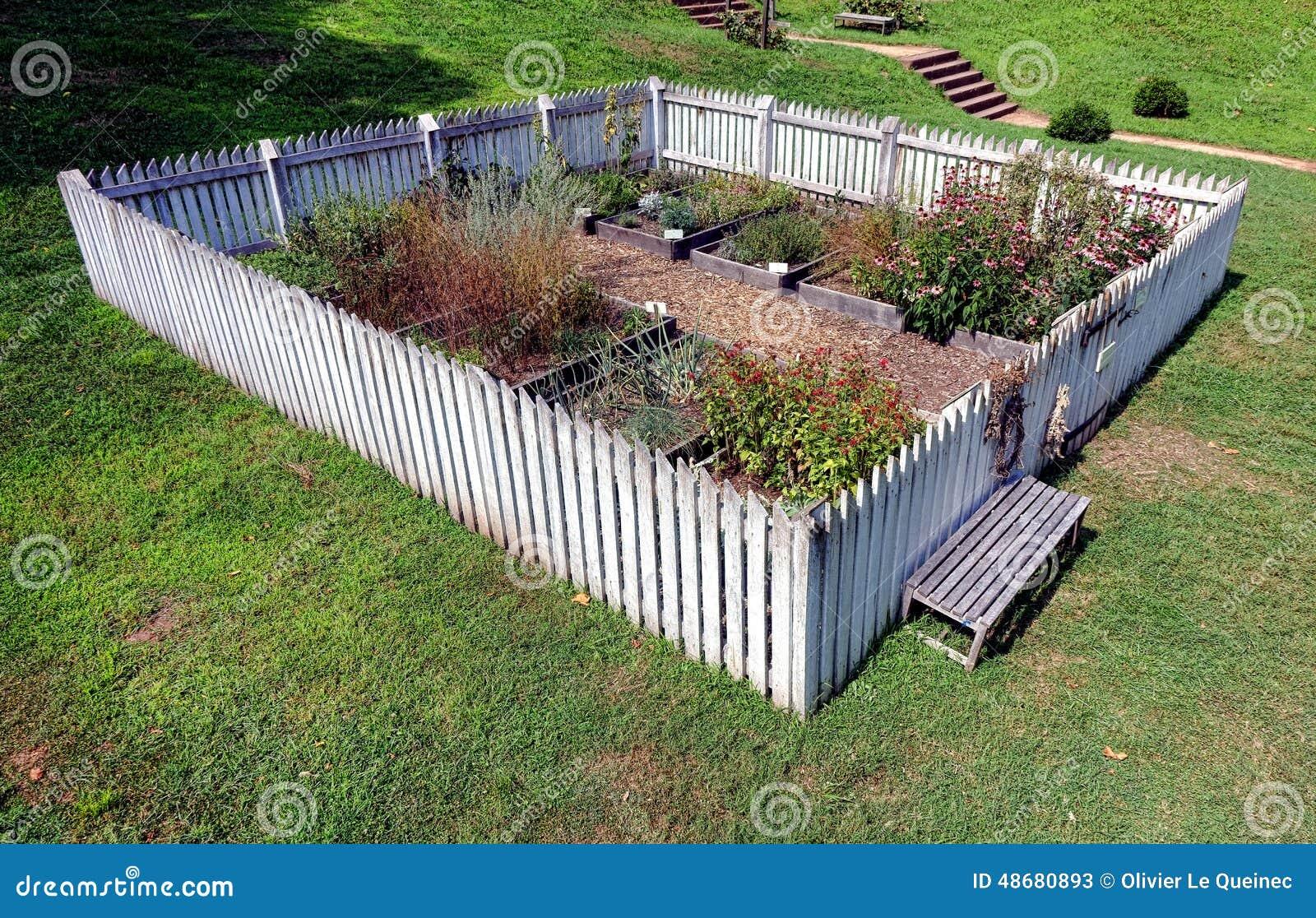 cerca para jardim branca : cerca para jardim branca:Jardim Colonial Com As Camas De Planta Vegetais Aumentadas Foto de