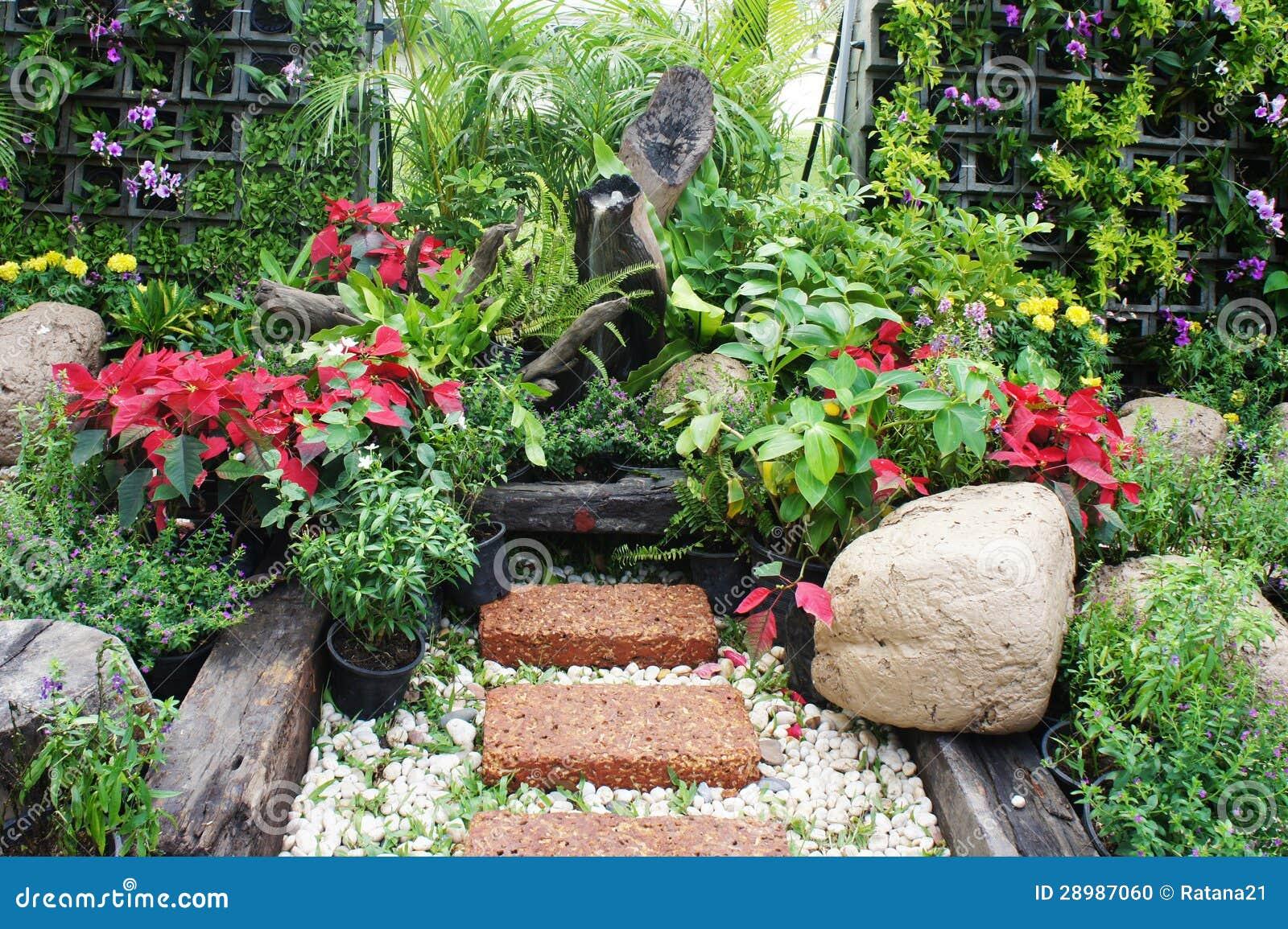 imagens similares de ` Jardim com mini fonte e as várias flores