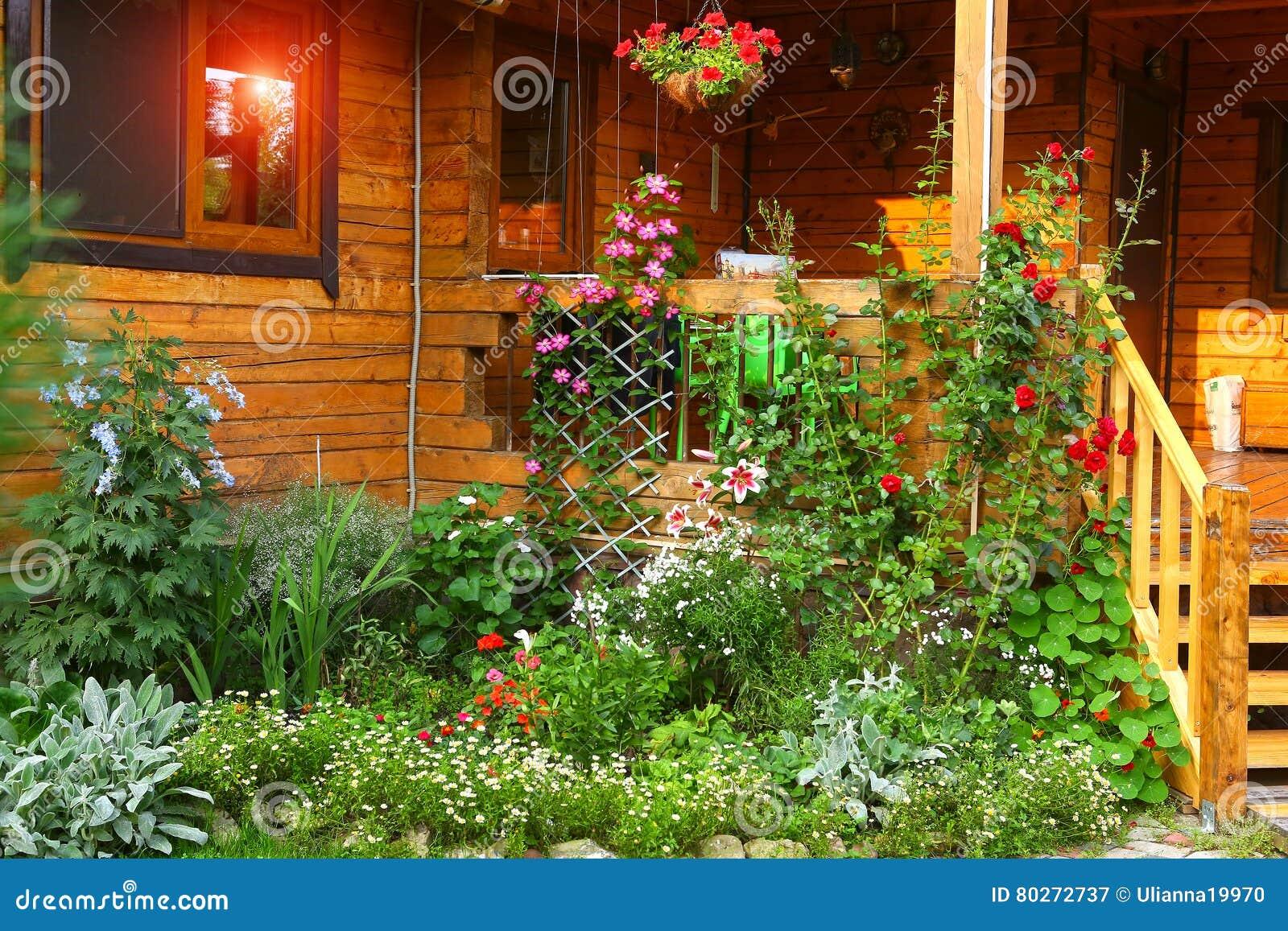 Jardim com o patamar do canteiro de flores e da casa