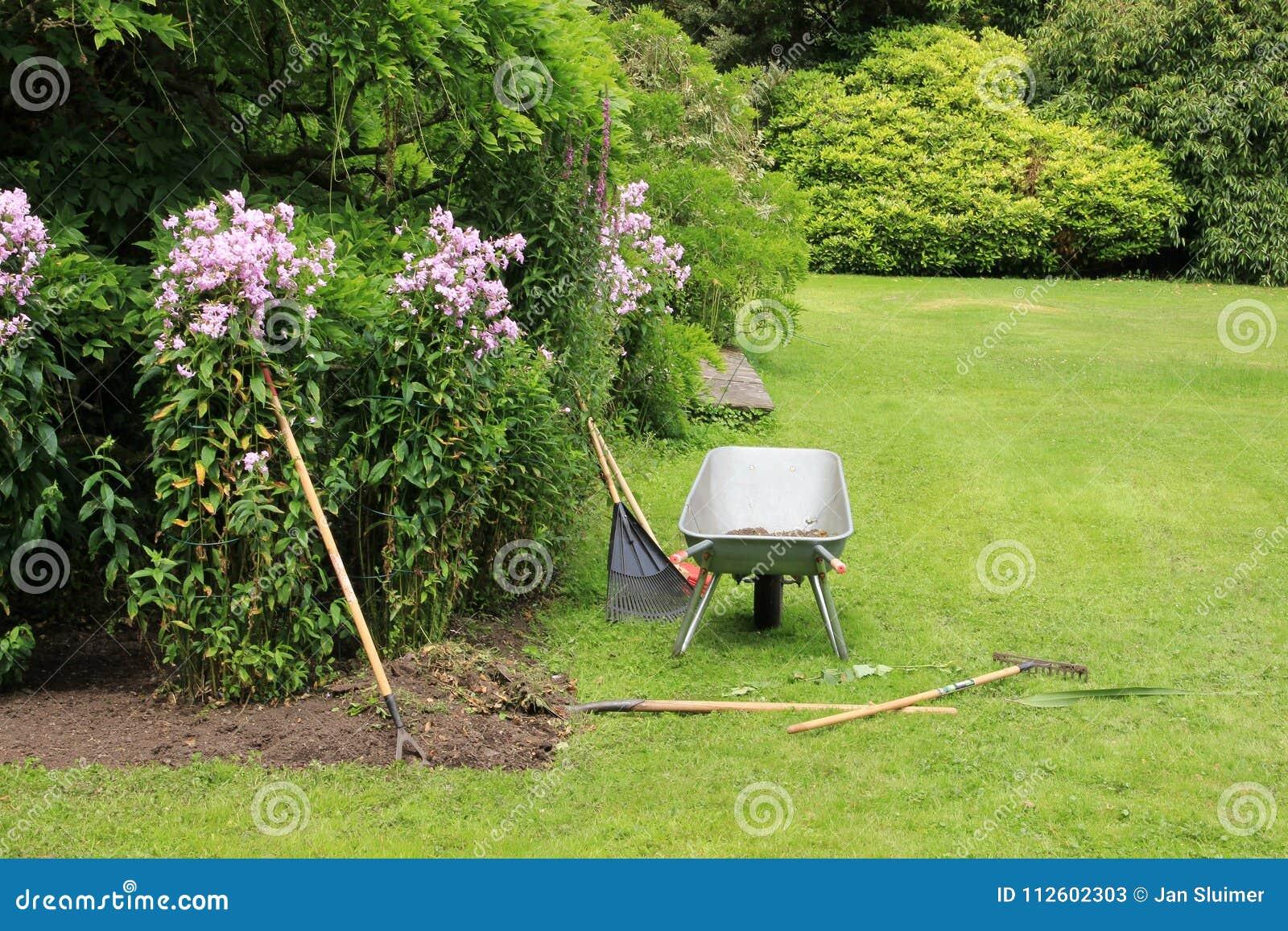 Jardim da casa de campo na ilha de Garinish na Irlanda no verão