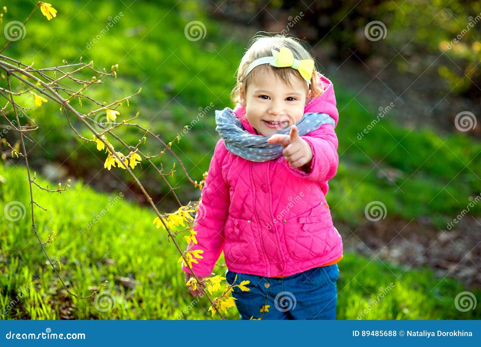 Jardim da menina na primavera