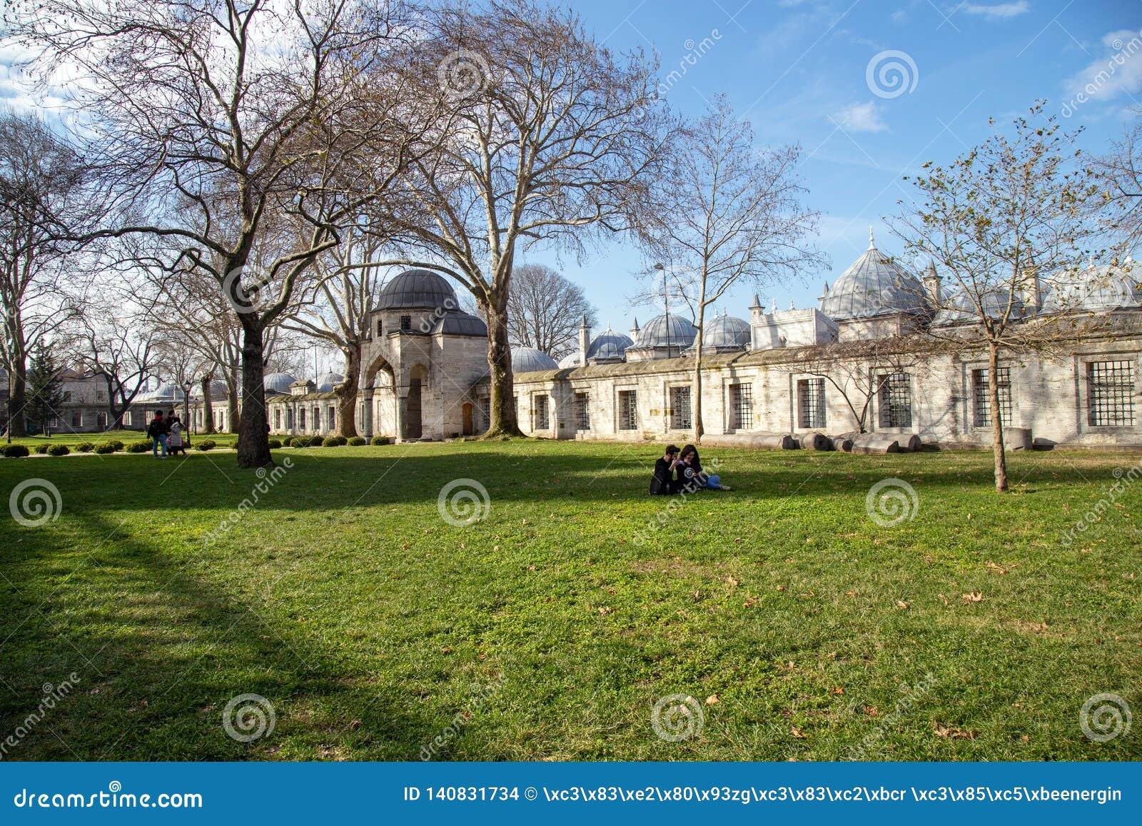 Jardim da mesquita de Suleymaniye _algum turista visitar mesquita estar descansar jardim