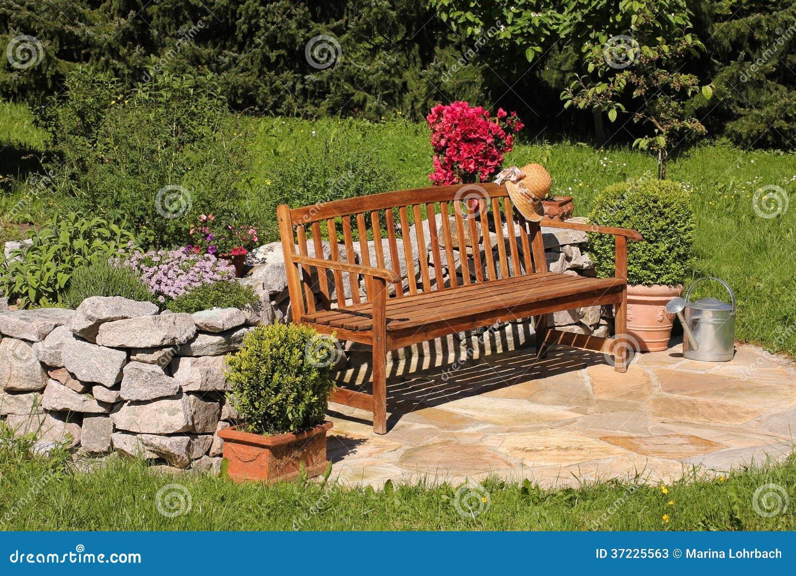 banco de jardim vetor:Jardim De Erva, Lata Molhando E Banco Fotos de Stock – Imagem