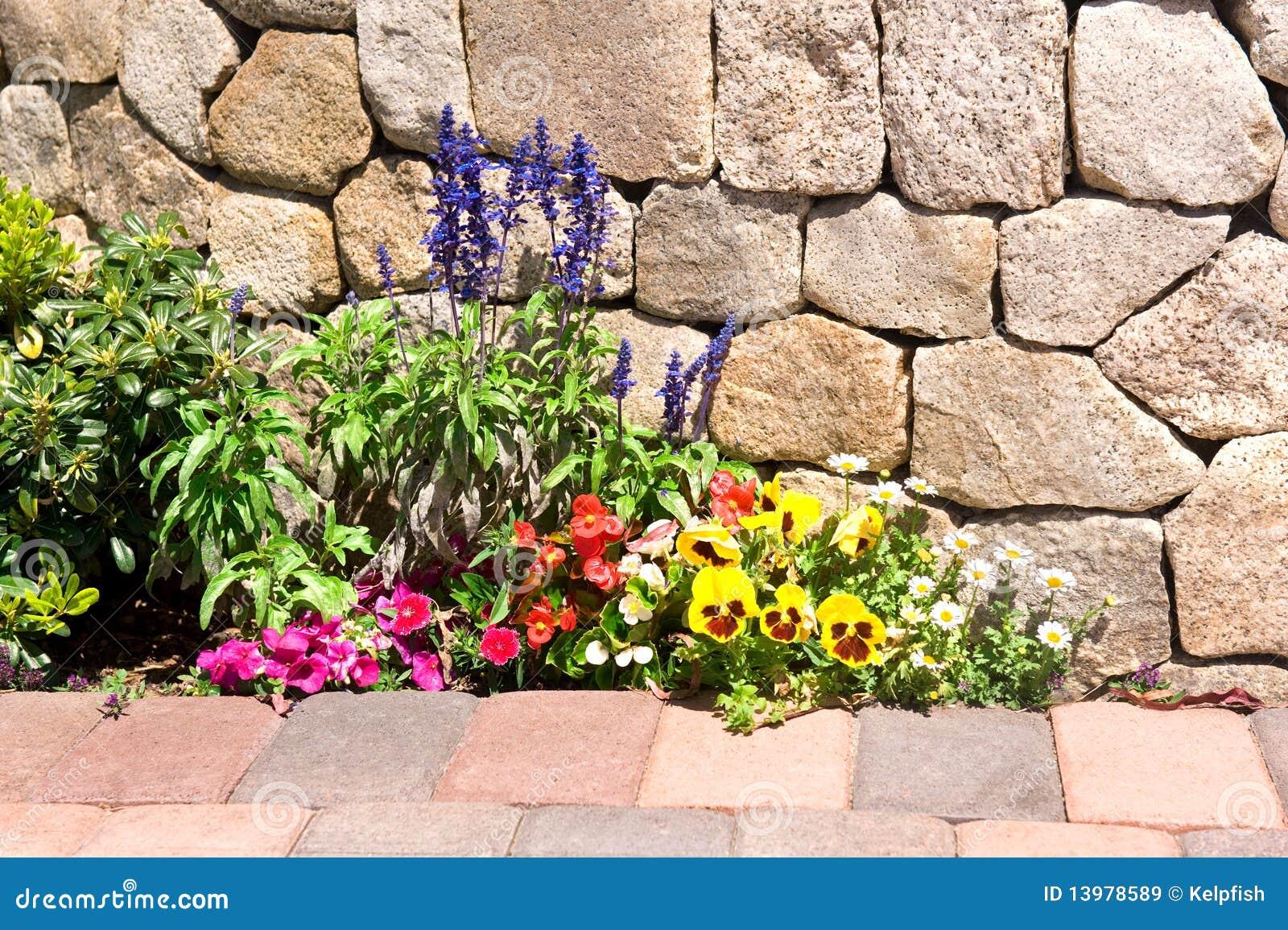 jardim pedras e flores:Stone Walls and Flower Gardens