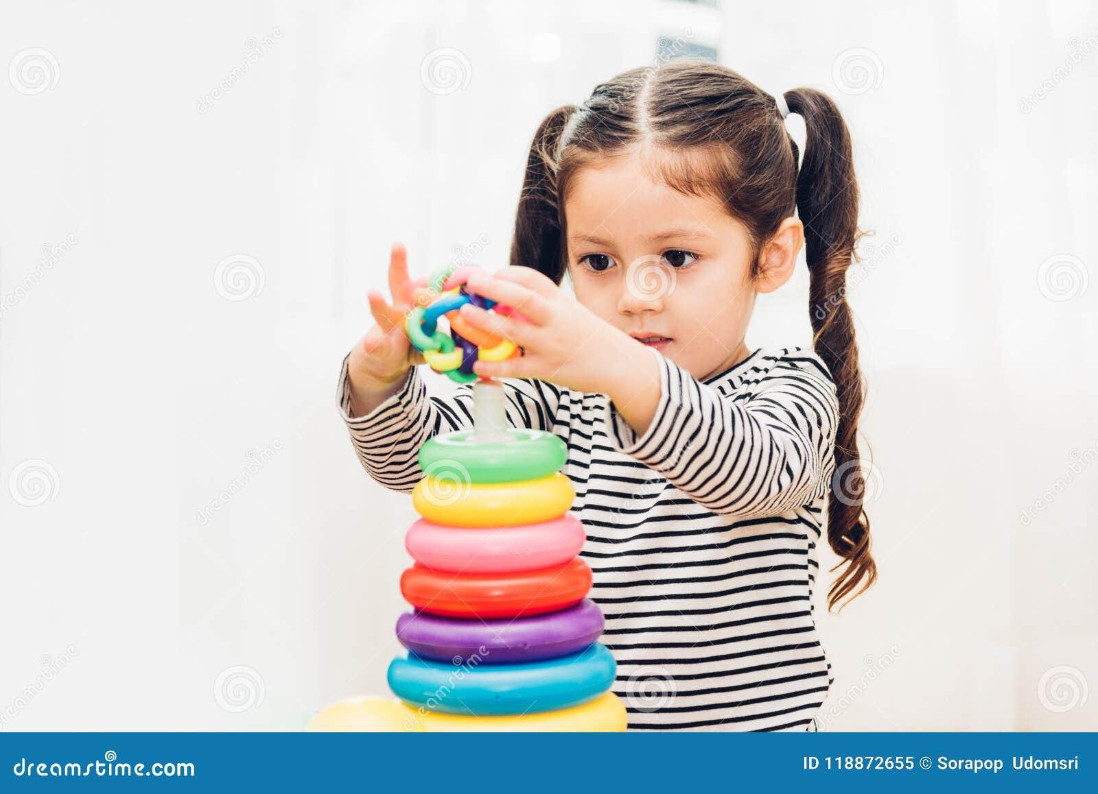 Jardim de infância bonito do bebê que joga a educação do brinquedo do laço