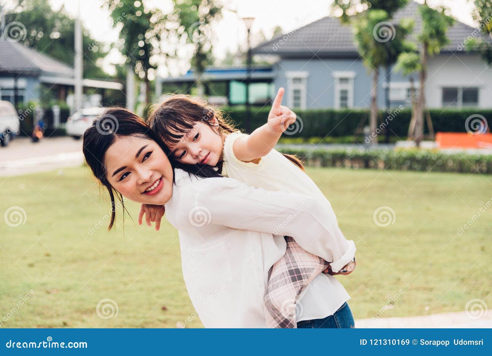 Jardim de infância feliz da menina do filho da criança das crianças da família que joga o CCB do passeio
