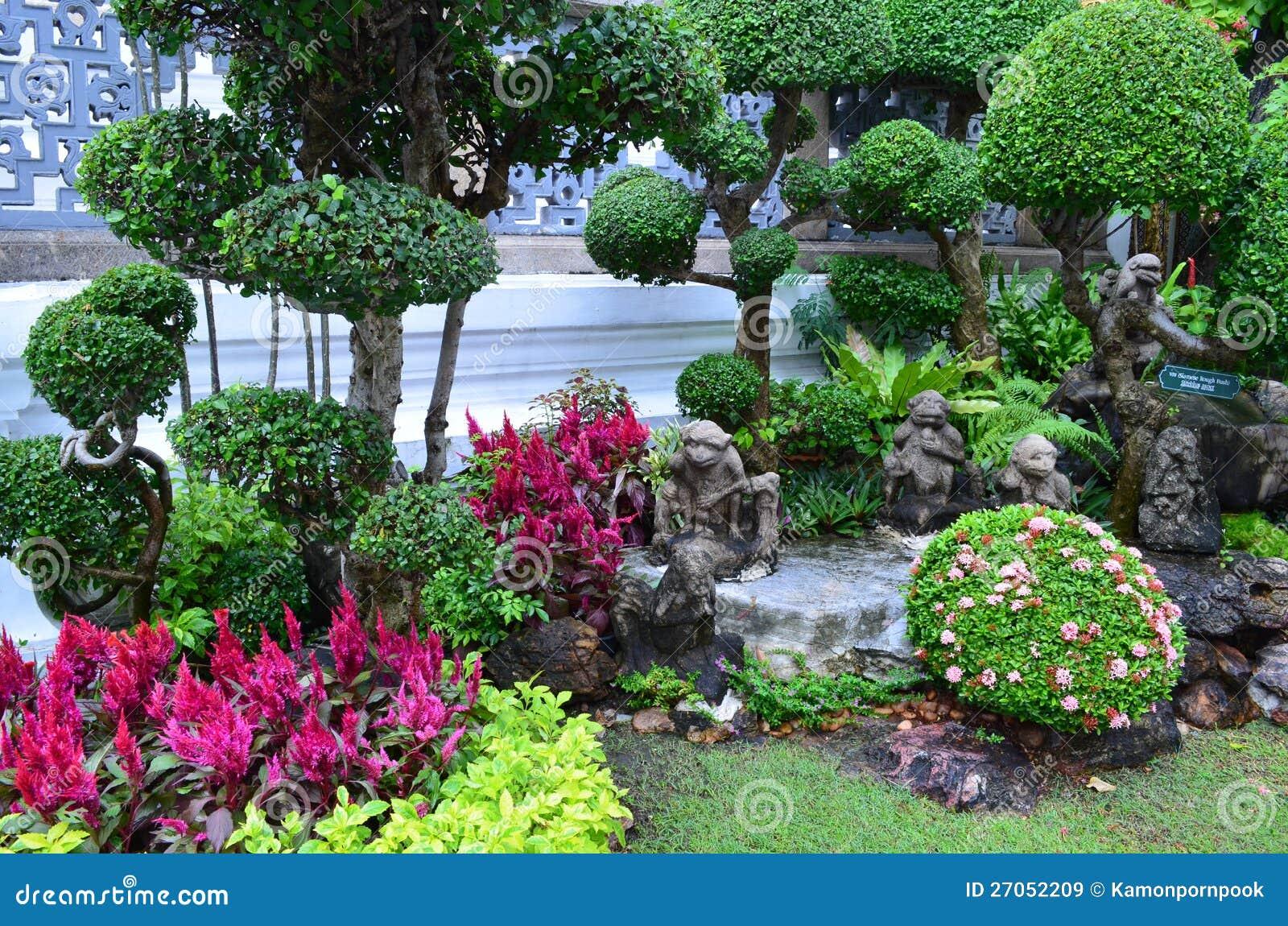 Um jardim decorado agradável em uma área de templo de Buddha da