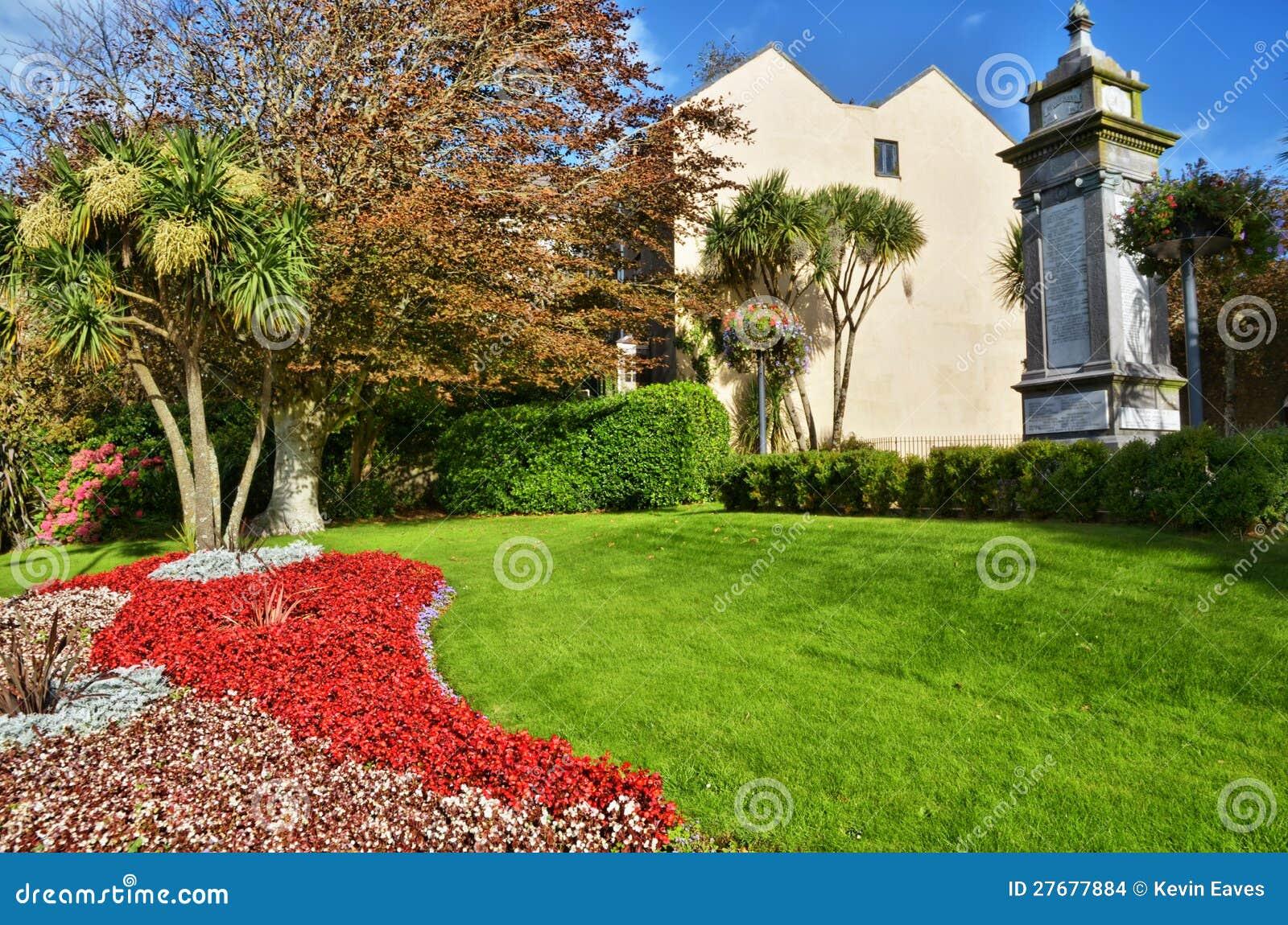 flores cidade jardim:Jardim Decorativo Na Cidade De Tenby, Wales. Imagens de Stock – Imagem
