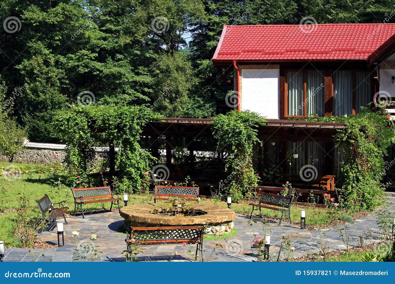 jardim quintal grande : jardim quintal grande:Jardim grande com bancos, fonte e lotes do verde.