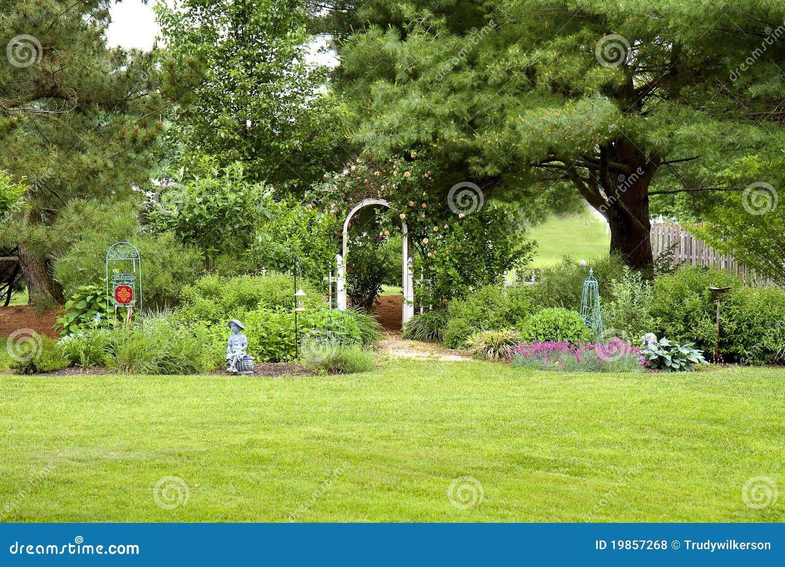 jardim de quintal fotos:Jardim Do Quintal Fotos de Stock Royalty Free – Imagem: 19857268