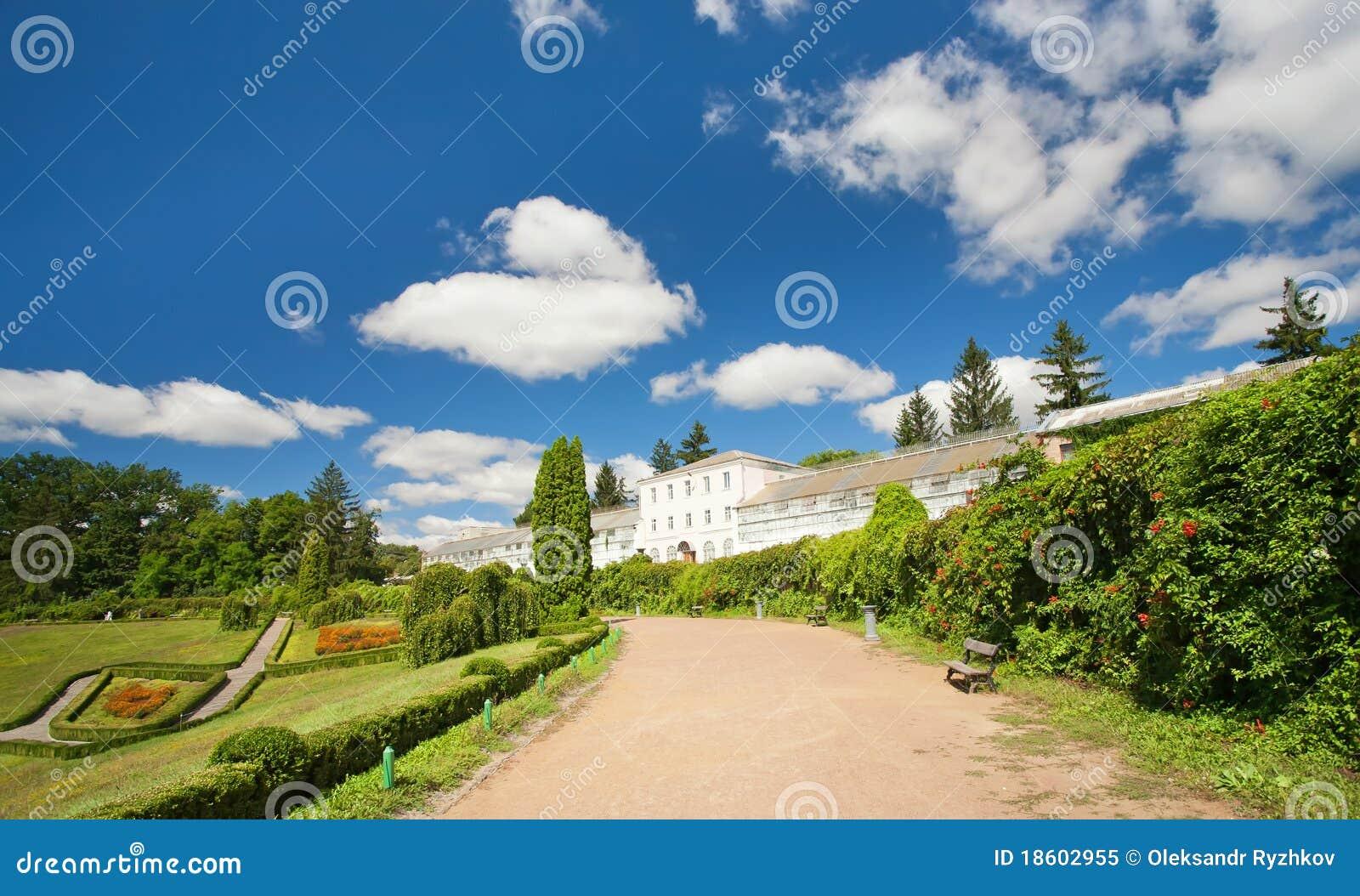 fotos de jardim grande:Foto de Stock Royalty Free: Jardim e a casa grande