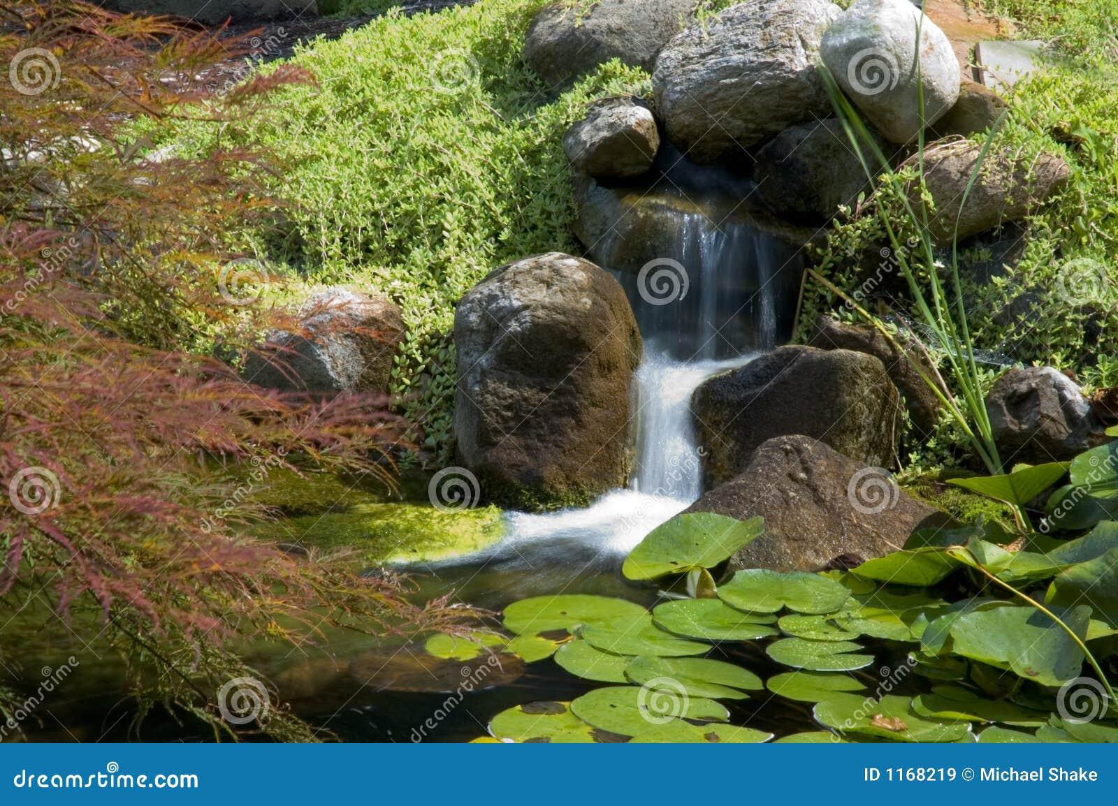 imagens jardim japones : imagens jardim japones:Jardim japonês bonito e calmo da água. Termine com uma cachoeira