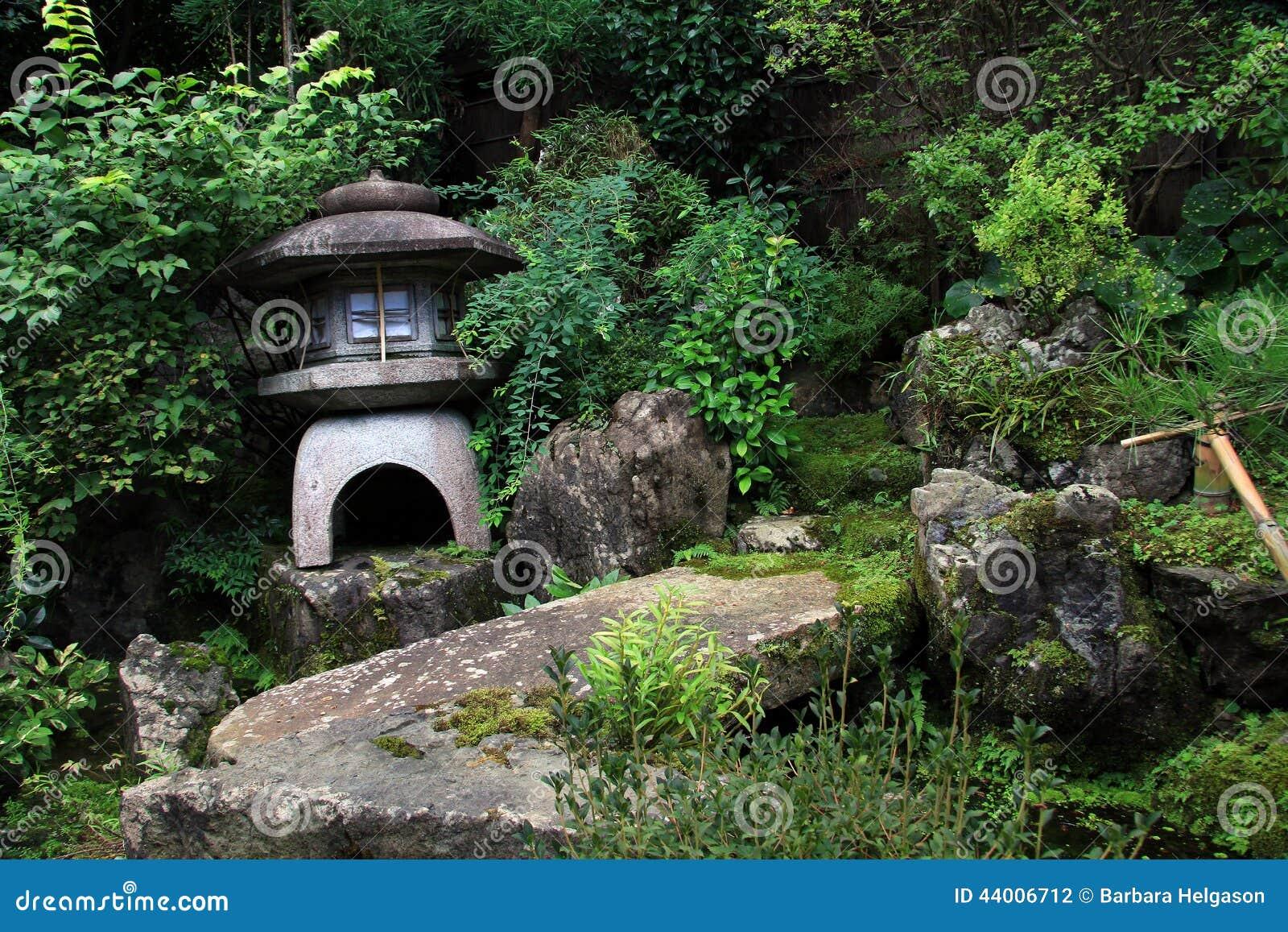 imagens jardim japones : imagens jardim japones:Jardim japonês com um santuário de pedra pequeno.
