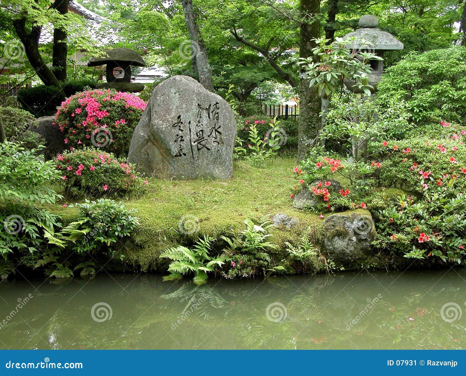 Jardim japonês com rochas