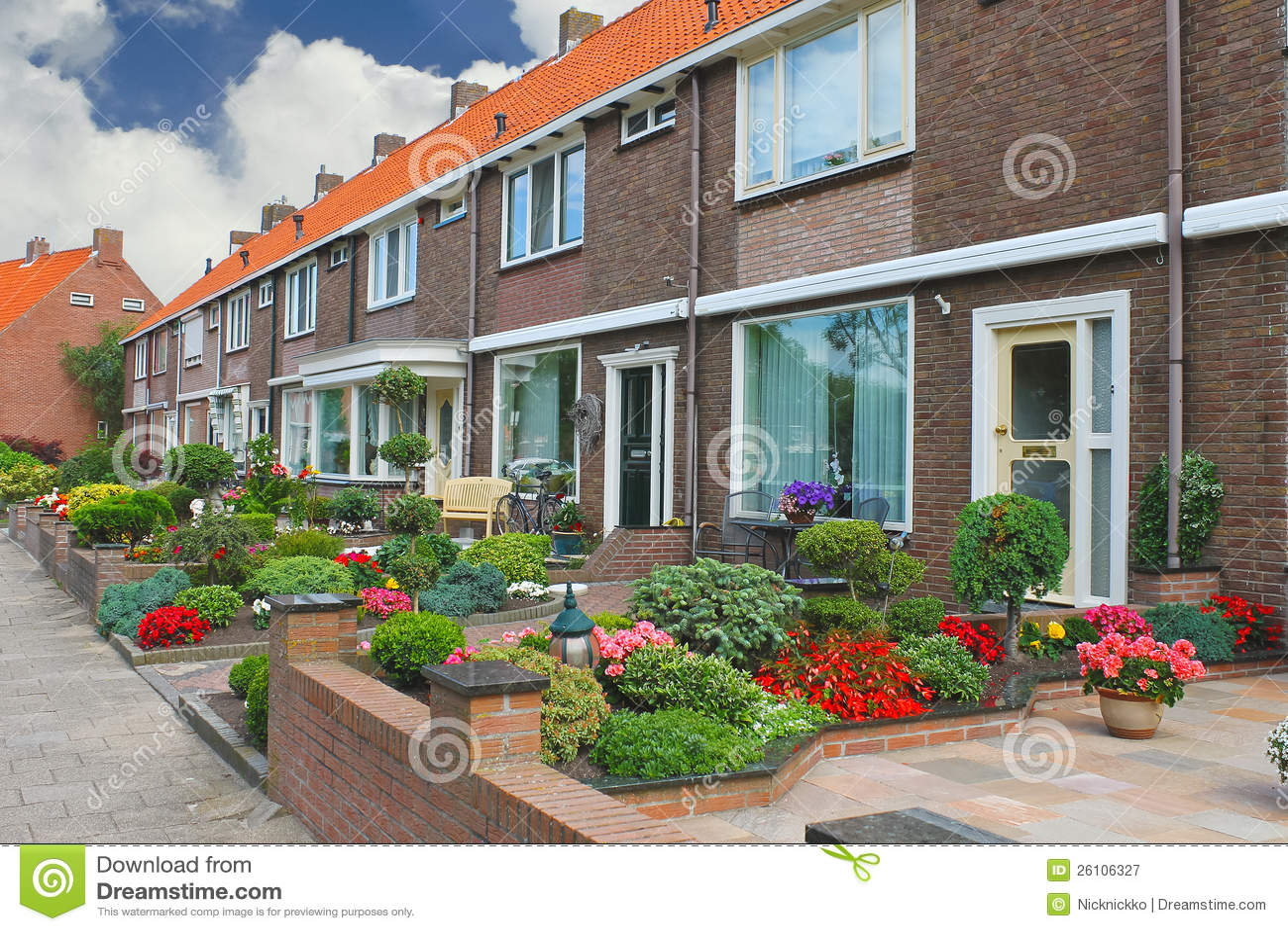 Jardim pequeno na frente da casa holandesa fotografia de - Jardines pequenos de casas ...
