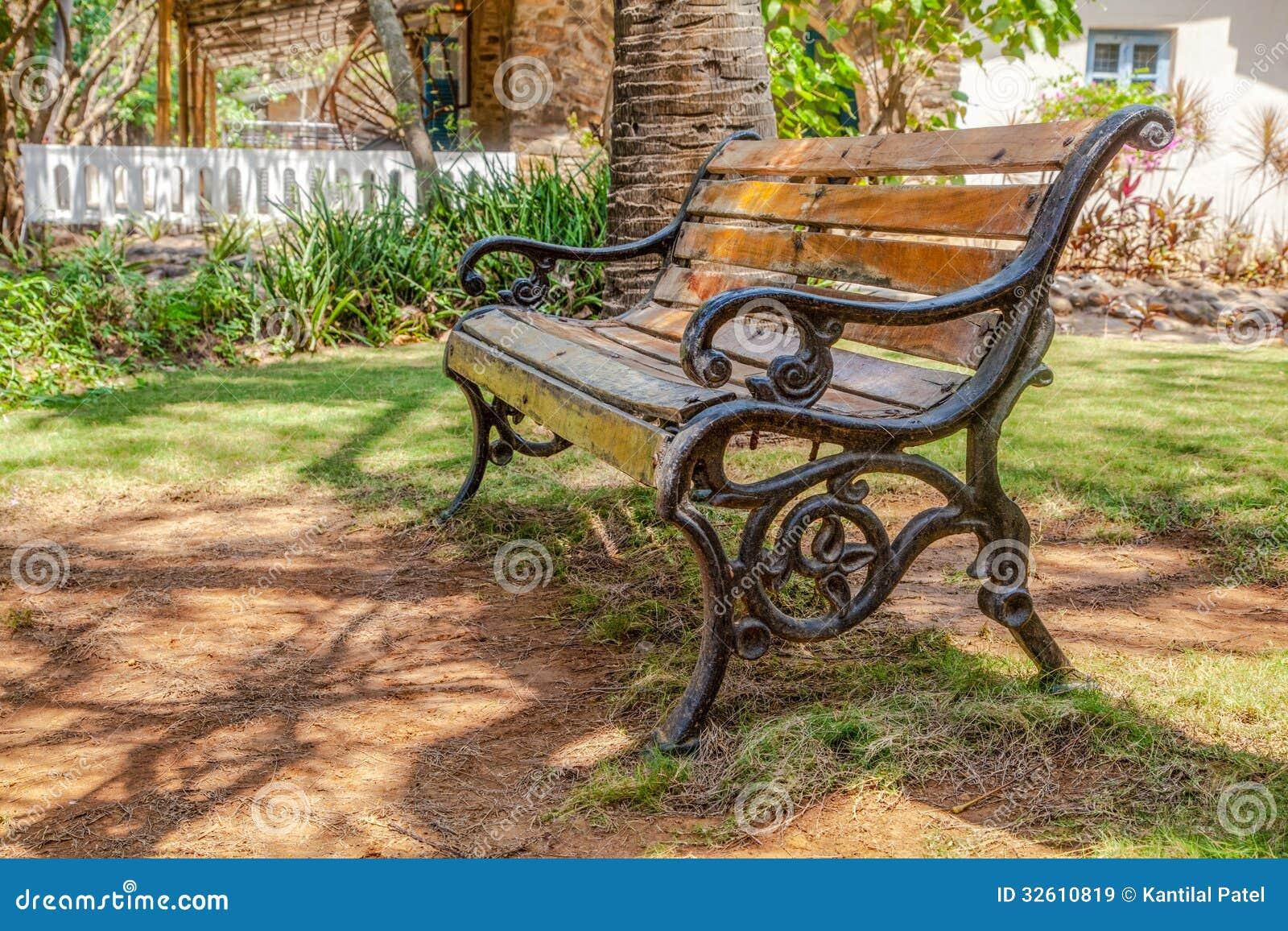 Jardim Ripado De Madeira Shade.CR2 Do Banco Do Ferro Fundido Imagens De  Stock Royalty