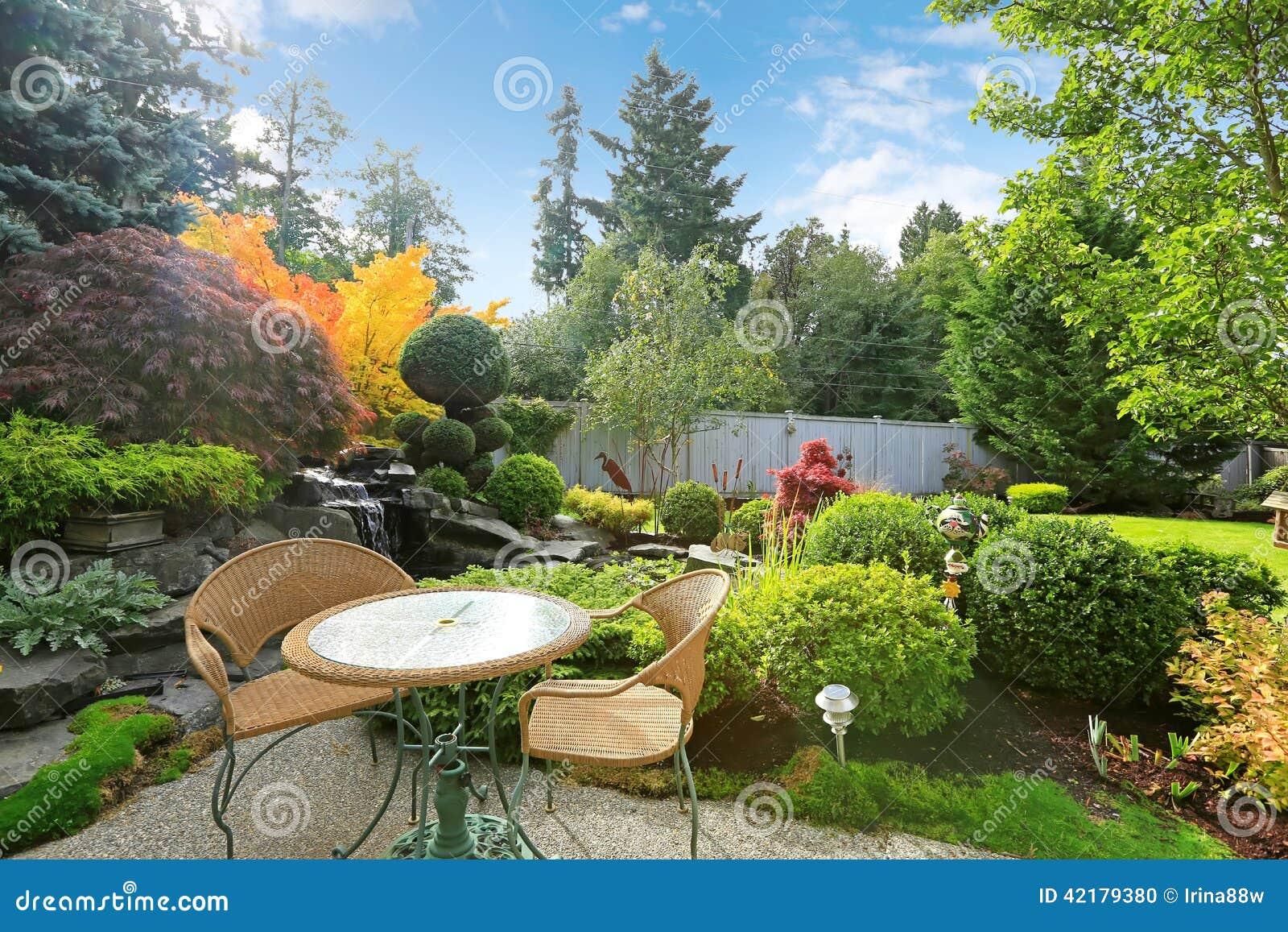 fotos de jardim tropical : fotos de jardim tropical:Jardim Tropical Home Com Grupo De Vime Da Tabela Foto de Stock