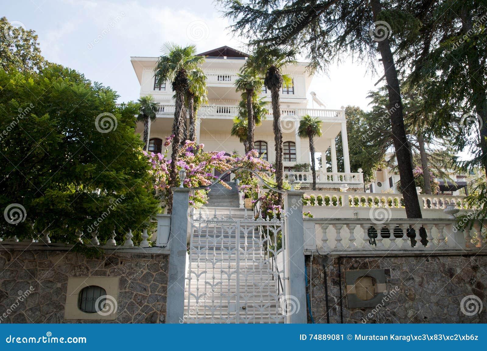 Jardim verde e casa de verão de madeira velha na ilha do príncipe