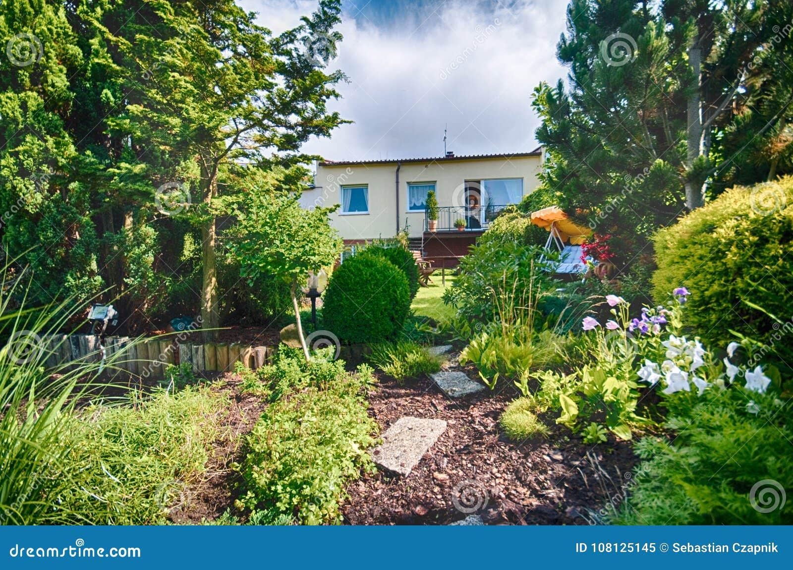 Jardin Aménagé En Parc En été Dans Des Couleurs Vertes ...