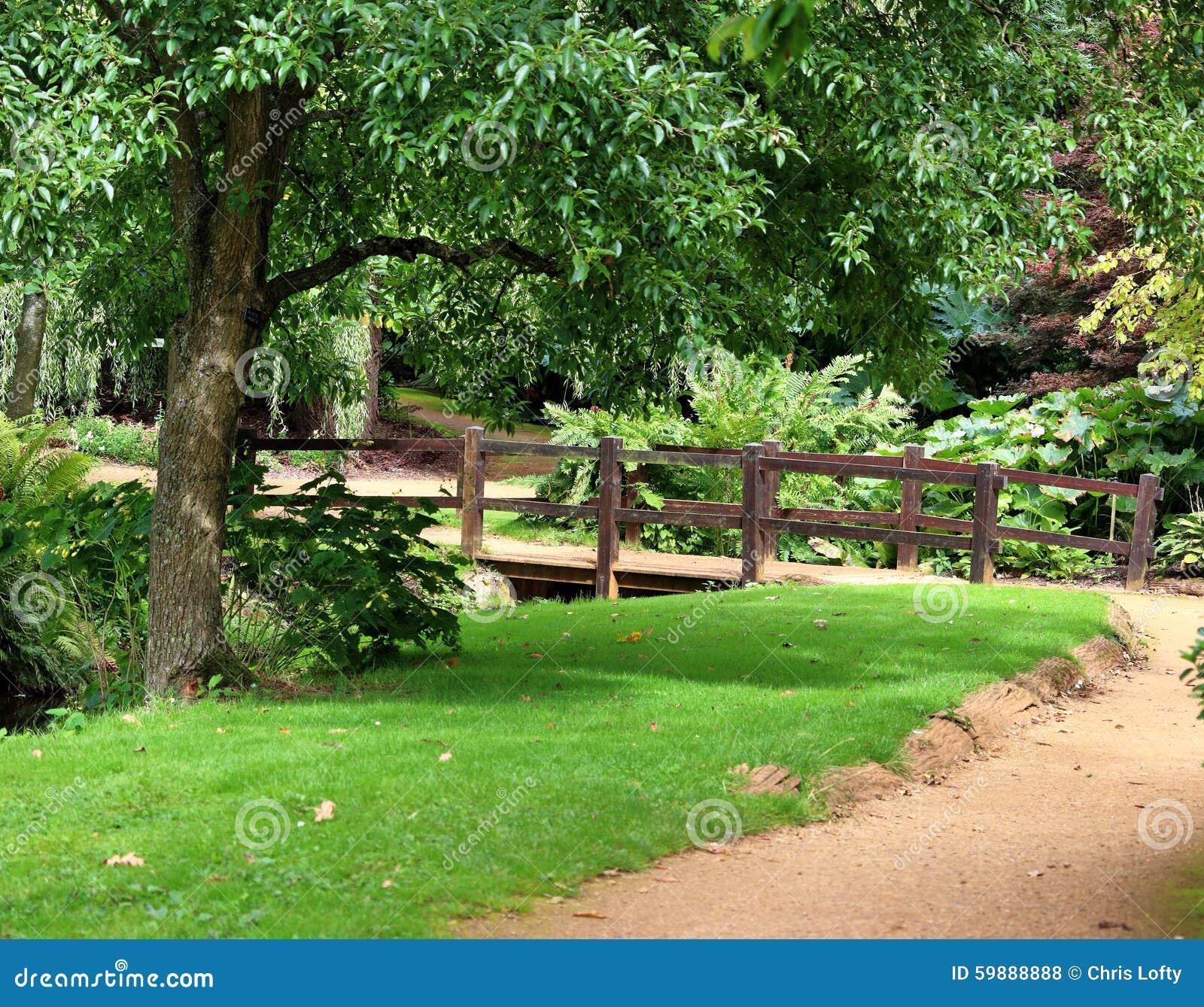 Jardin Aménagé En Parc Anglais Avec La Passerelle Au-dessus ...