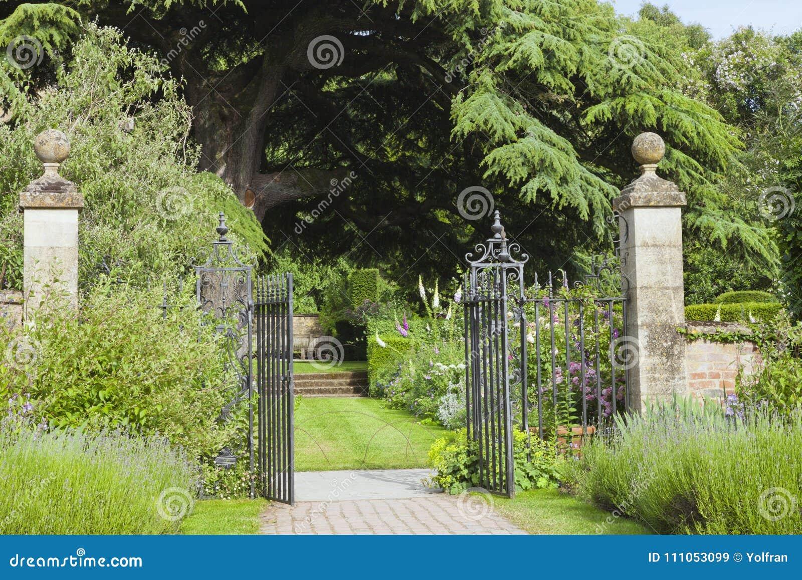 Jardin Aménagé En Parc Avec La Porte Ornementale De Fer Par La ...