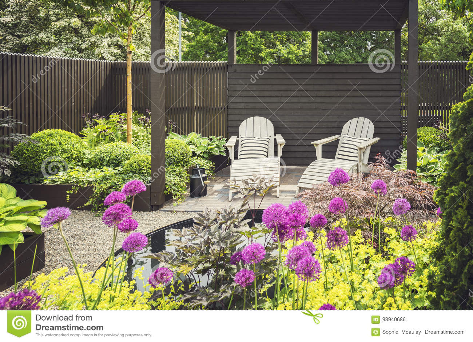 Jardin Aménagé En Parc Avec La Terrasse Photo stock - Image ...