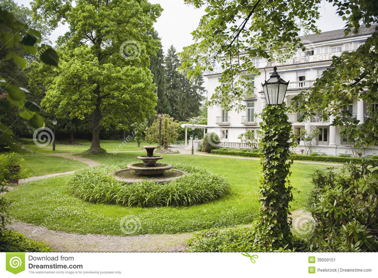 Jardin anglais avec l 39 h tel l 39 arri re plan photo stock for Photo de jardin anglais
