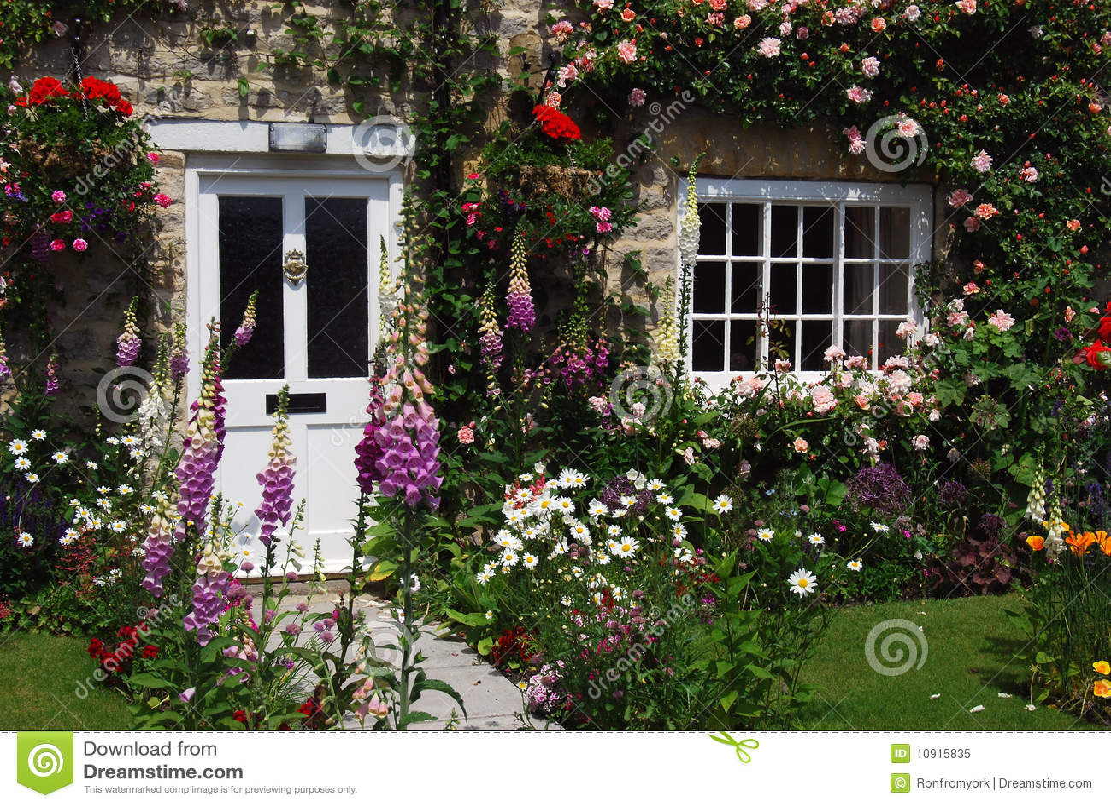 Jardin anglais de maison image stock image du fleurs for Photo jardin maison
