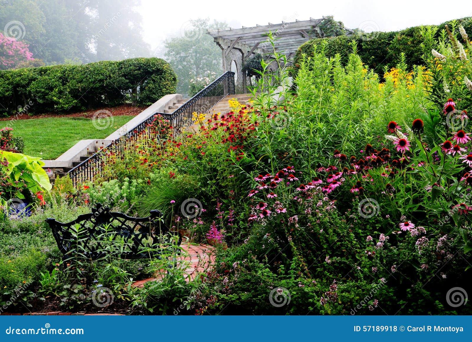 Jardin anglais en brouillard photo stock image 57189918 for Jardin en anglais