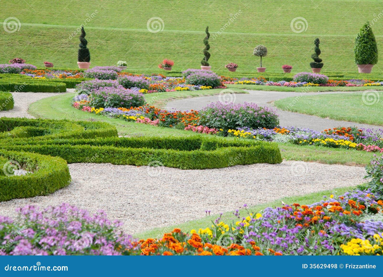 jardin asiatique moderne avec les fleurs et le buis color s photos libres de droits image. Black Bedroom Furniture Sets. Home Design Ideas