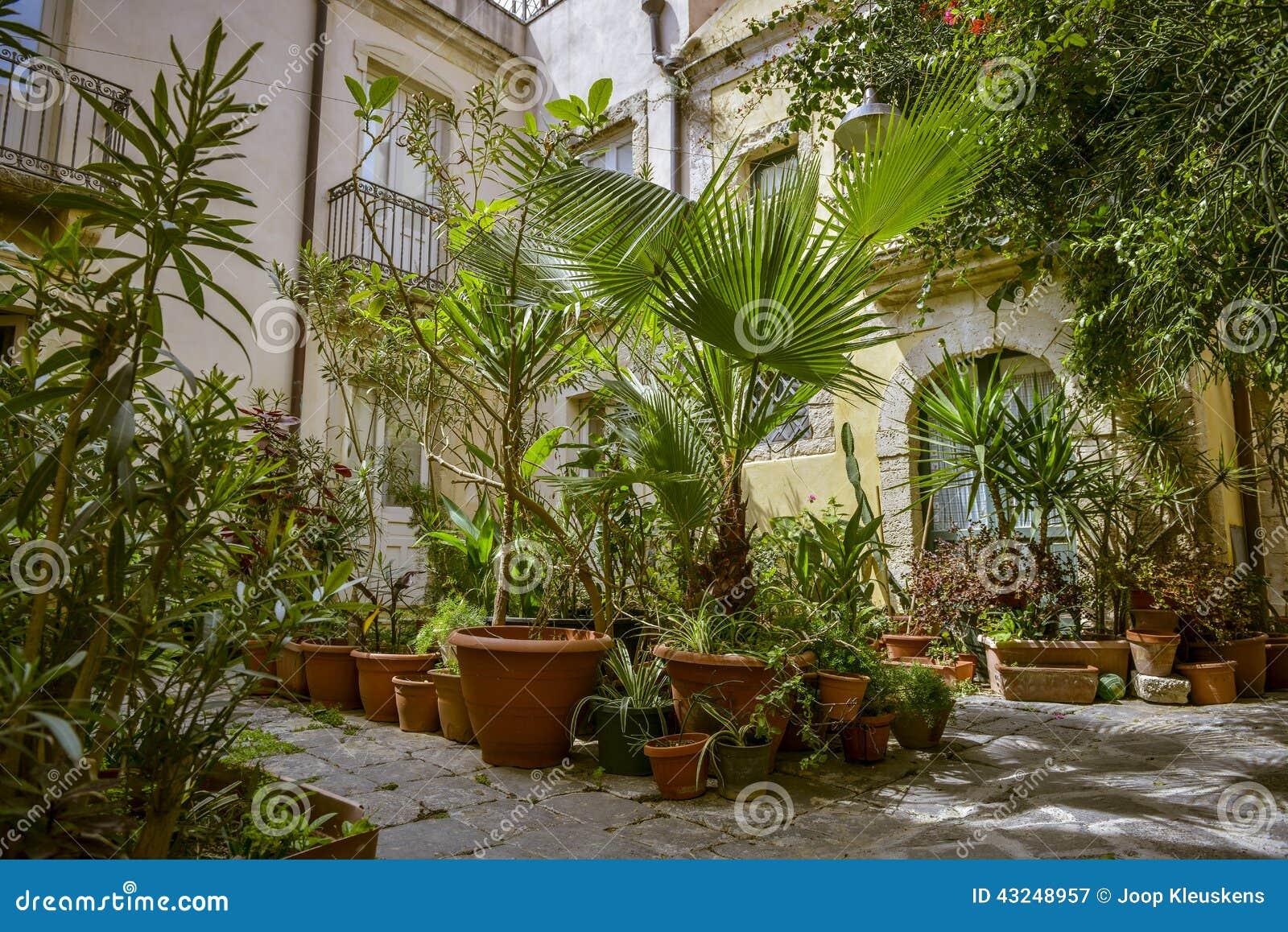 Jardin avec des pots de terre cuite photo stock image for Achat terre de jardin