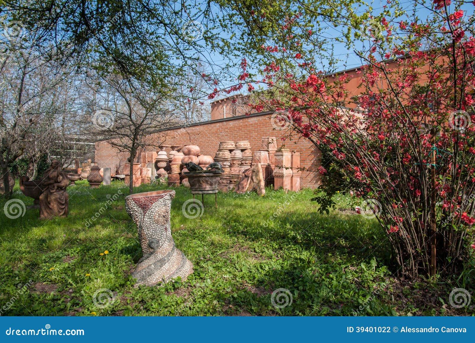 Jardin avec des vases terre cuite dans l 39 exposition for Achat terre de jardin