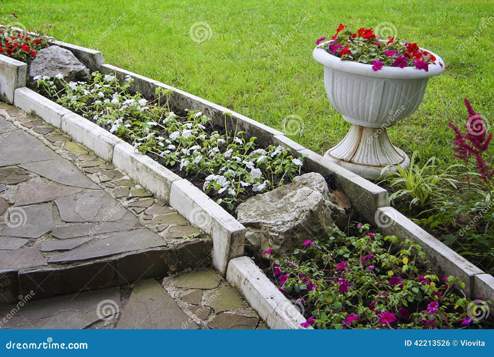 Jardin Avec L\'aménagement En Pierre Photo stock - Image du voie ...