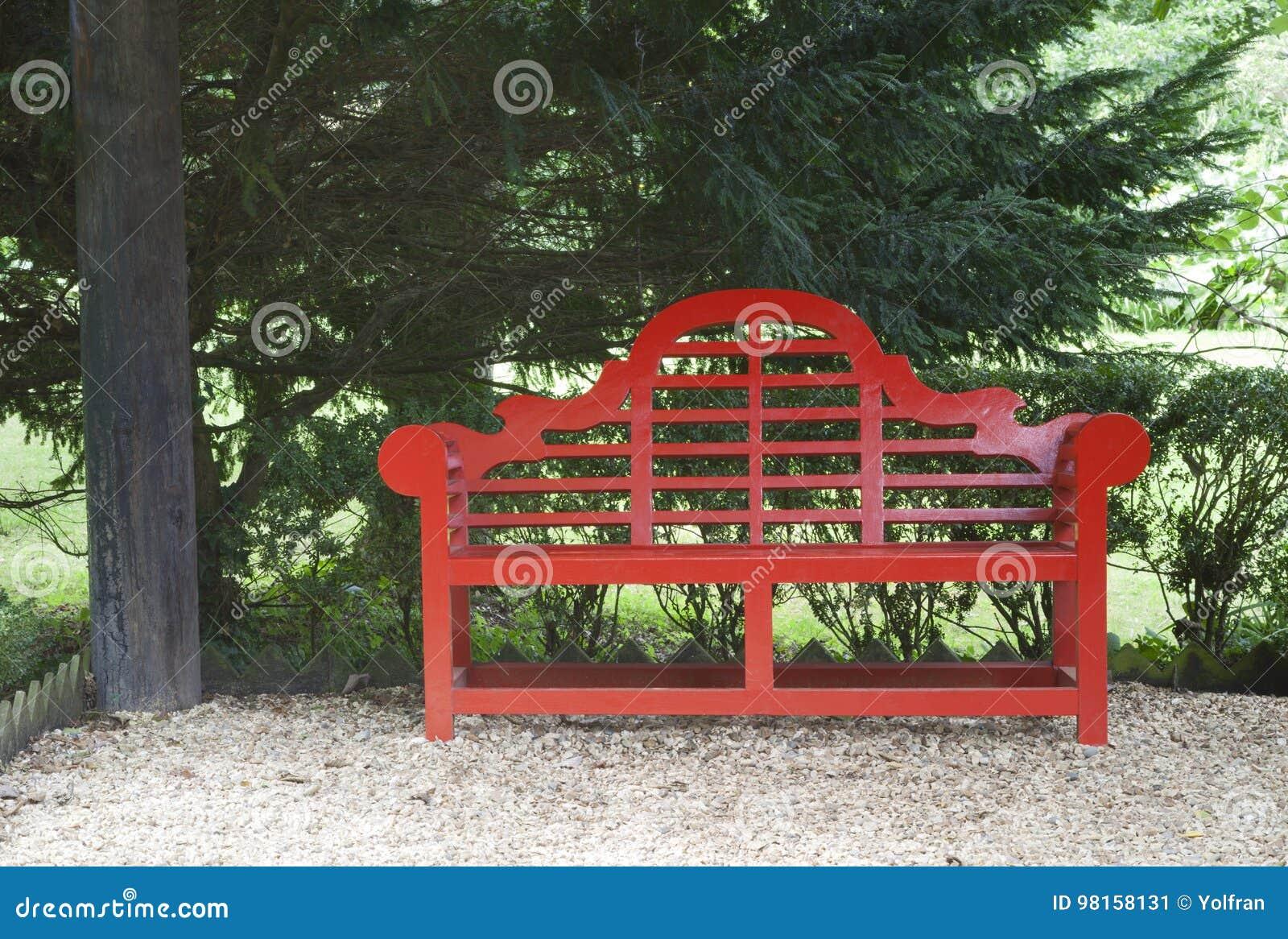 Jardin Avec Le Banc Oriental Rouge De Style Sous Un Arbre ...
