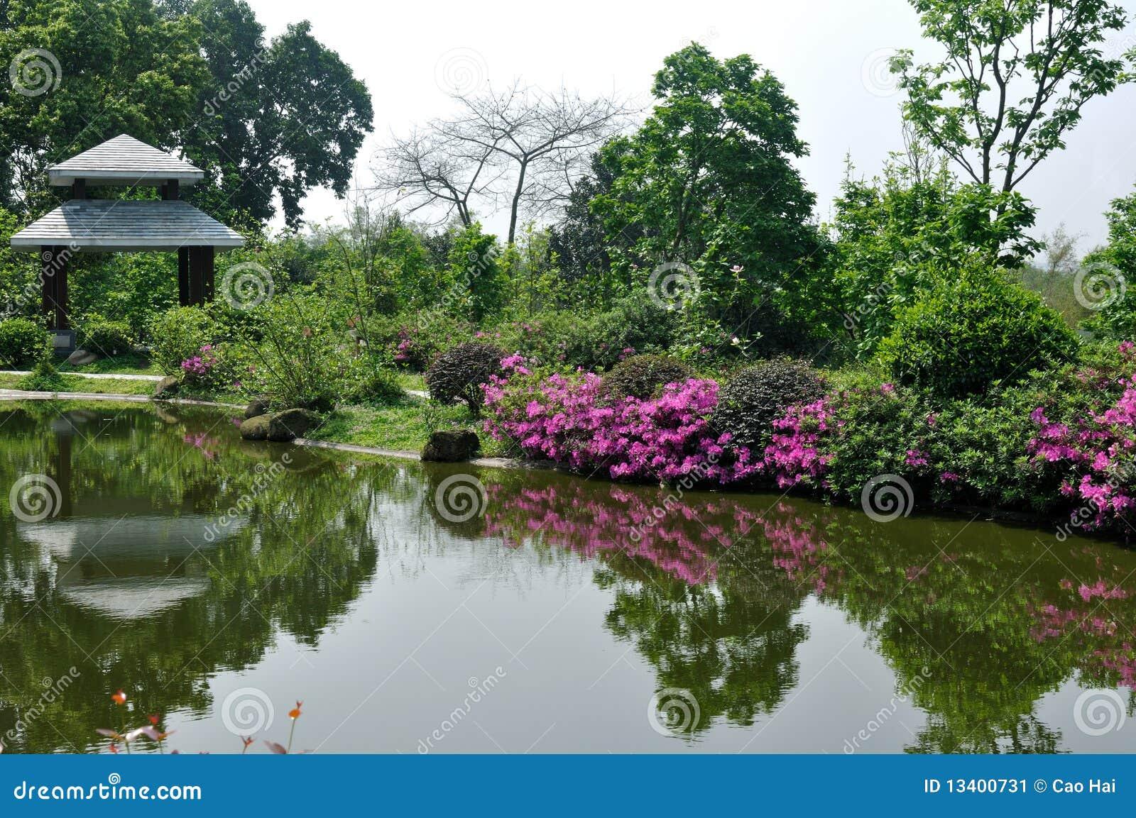 jardin avec le lac et le gloriette image stock image 13400731. Black Bedroom Furniture Sets. Home Design Ideas