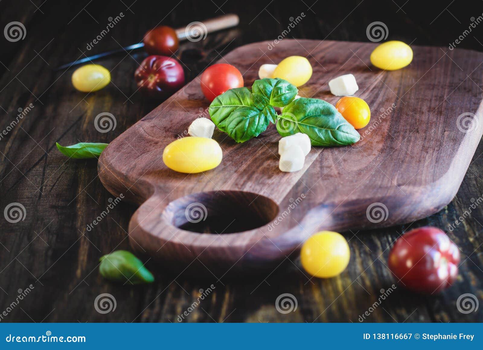 Jardin Basil et tomates d héritage avec du fromage de mozzarella pour la salade de Caprese