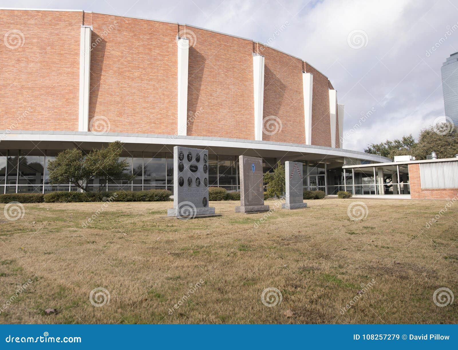 Jardin commémoratif de vétérans avec Dallas Memorial Auditorium à l arrière-plan