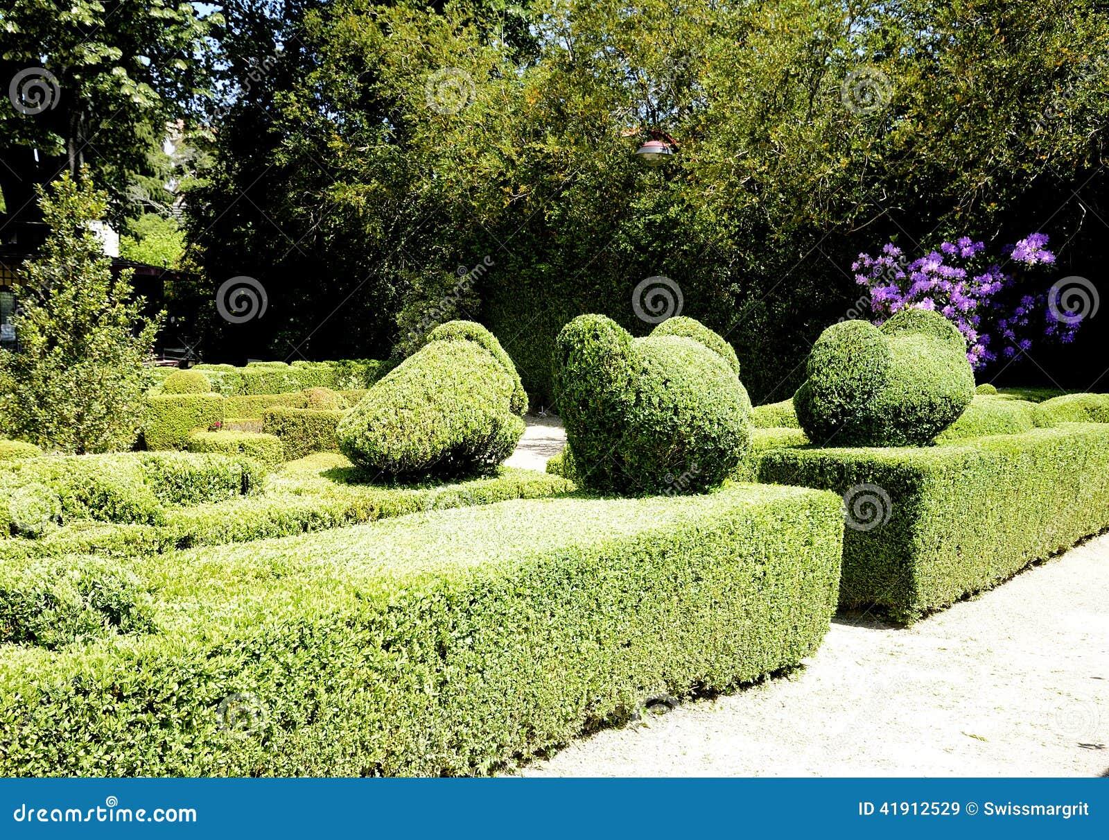jardin d 39 agr ment avec les haies sculpt es photo stock image 41912529. Black Bedroom Furniture Sets. Home Design Ideas