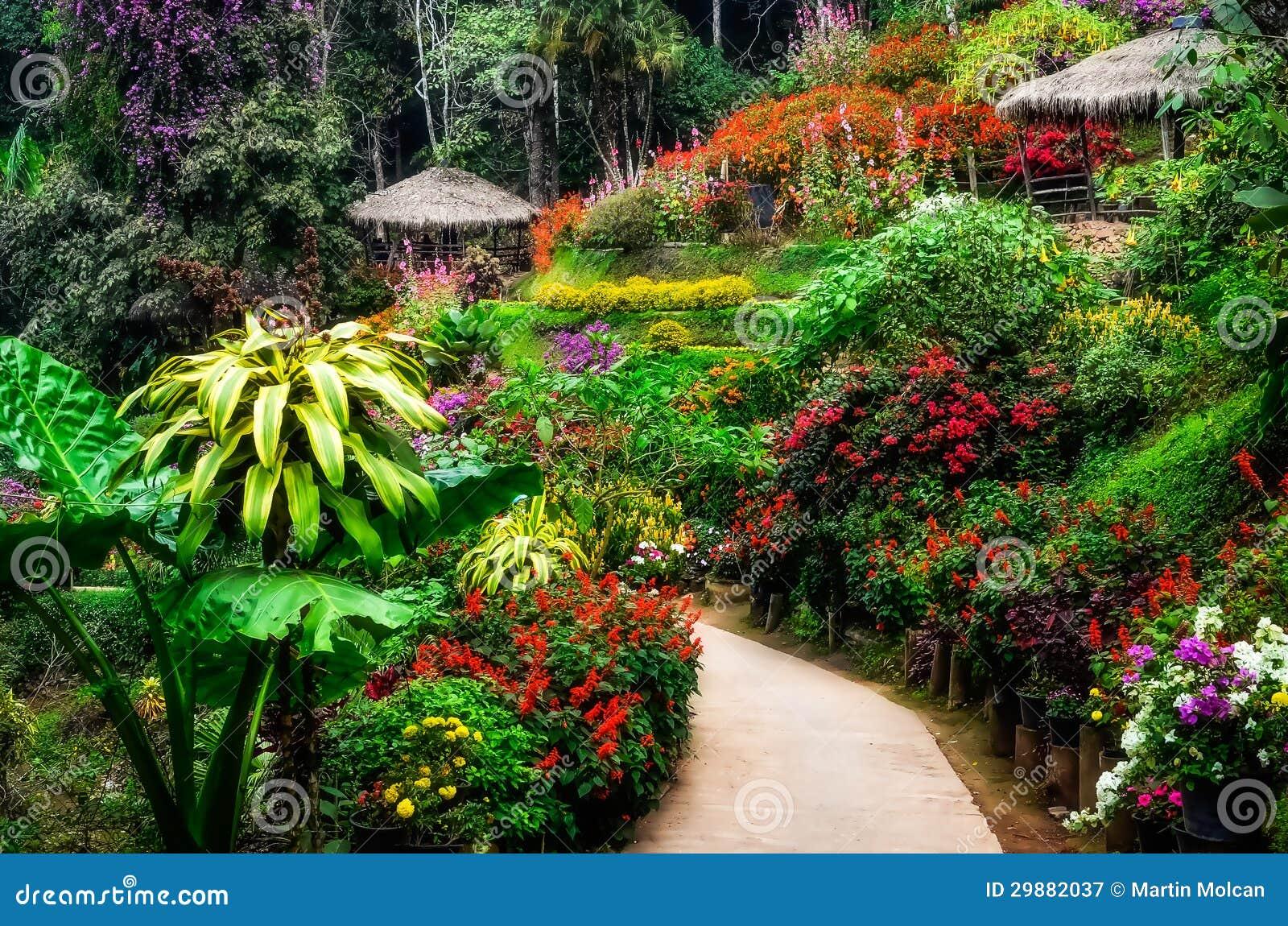 jardin d 39 agr ment color et paisible am nag en parc dans la fleur photographie stock libre de. Black Bedroom Furniture Sets. Home Design Ideas