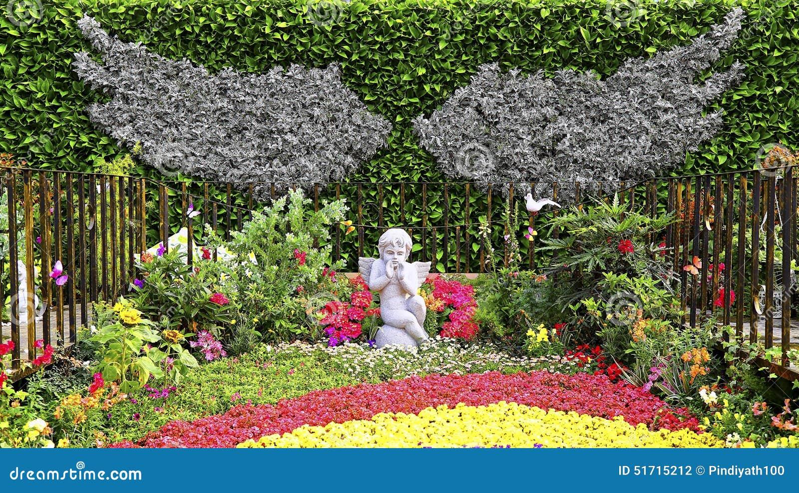 jardin d 39 automne avec la petite statue d 39 ange photo stock image 51715212. Black Bedroom Furniture Sets. Home Design Ideas