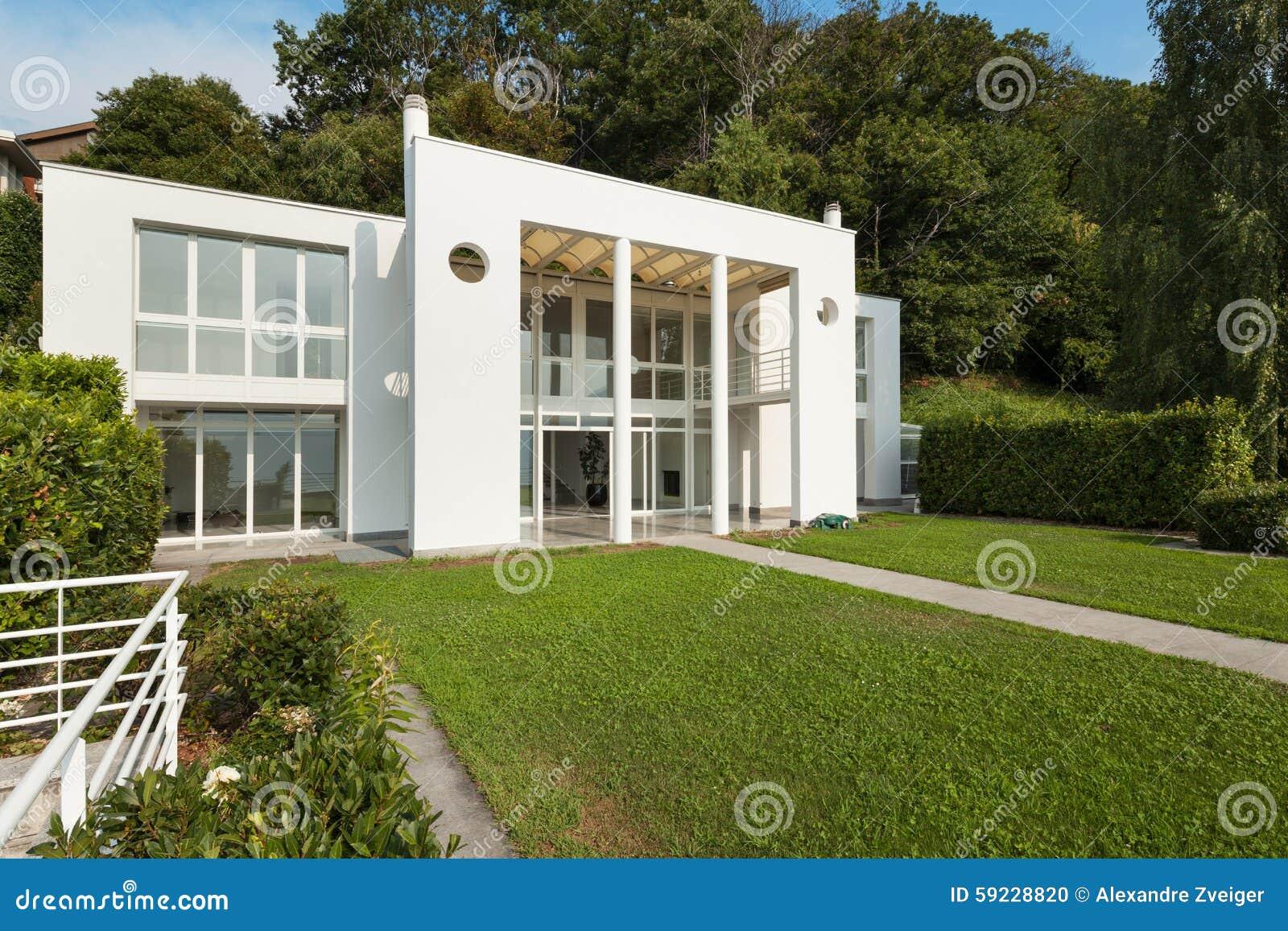 Jardin d 39 une villa moderne blanche photo stock image for Jardin pour villa moderne