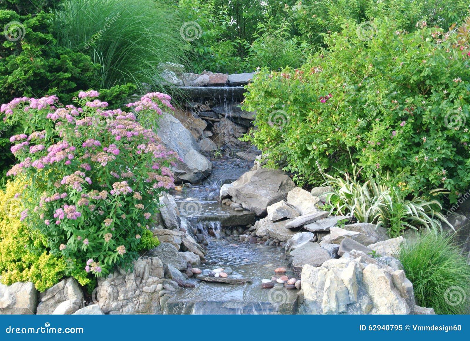 Jardin de cascade entour par de belles plantations et for Jardin et plantation